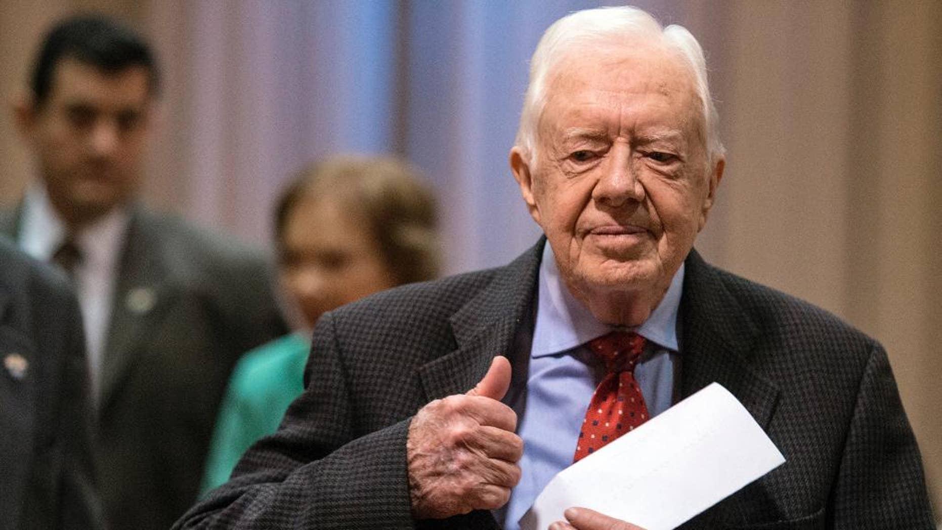 El expresidente de Estados Unidos Jimmy Carter llega a una conferencia de prensa acompañado de su esposa Rosalynn en Atlanta el jueves 20 de agosto de 2015.  (Foto AP/Ron Harris)
