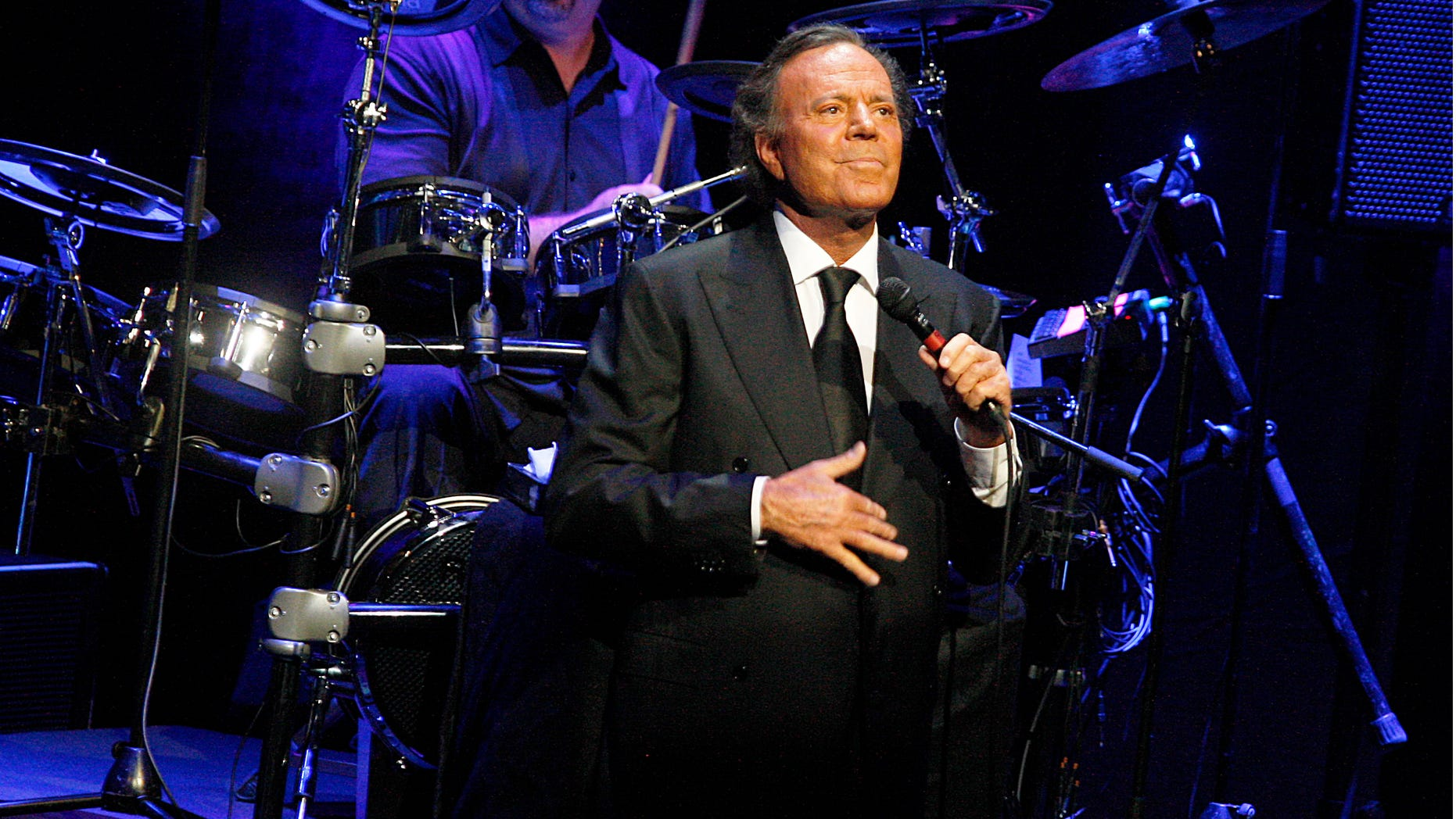 BARCELONA, SPAIN - JULY 04:  Julio Iglesias performs 'Julio Iglesias In Concert At Gran Teatre del Liceu' In Barcelona on July 4, 2012 in Barcelona, Spain.  (Photo by Miquel Benitez/Getty Images)