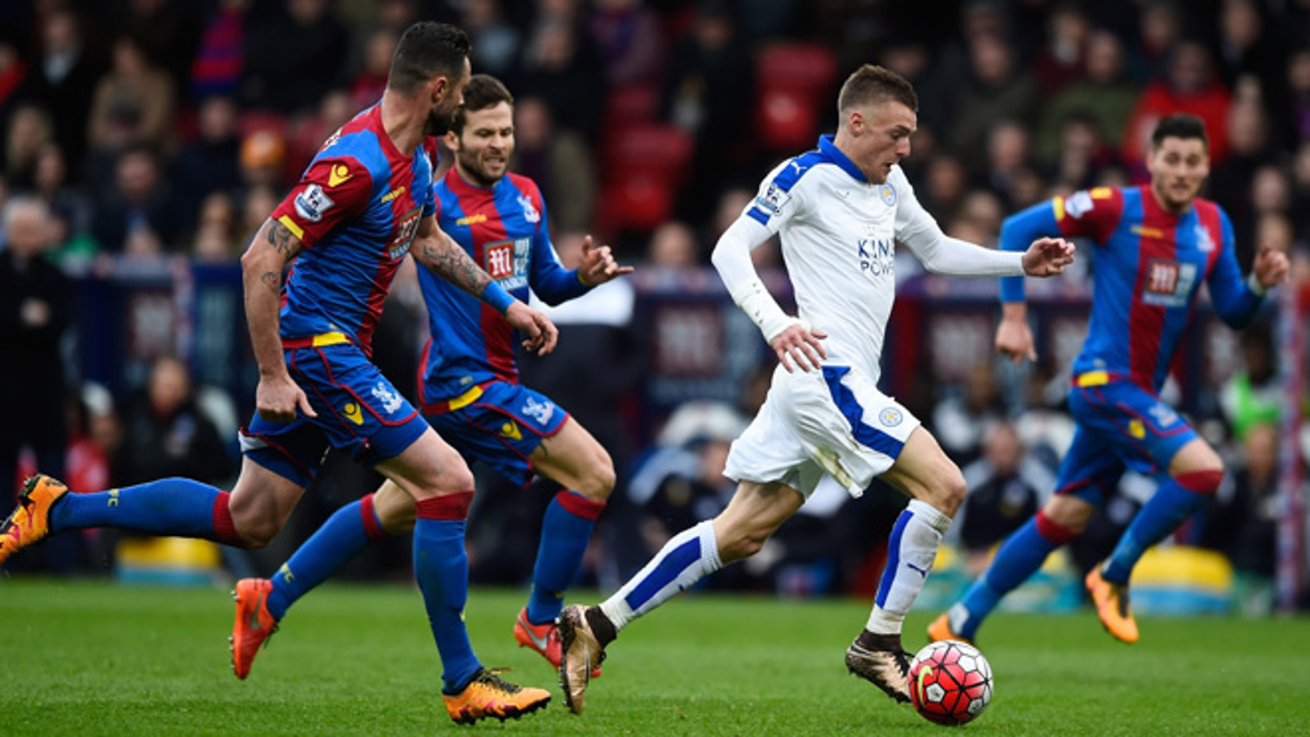 LONDON, ENGLAND - MARCH 19:  Jamie Vardy of Leicester City runs with the ball while Damien Delaney of Crystal Palace tries to stop during the Barclays Premier League match between Crystal Palace and Leicester City at Selhurst Park on March 19, 2016 in London, United Kingdom.  (Photo by Mike Hewitt/Getty Images)