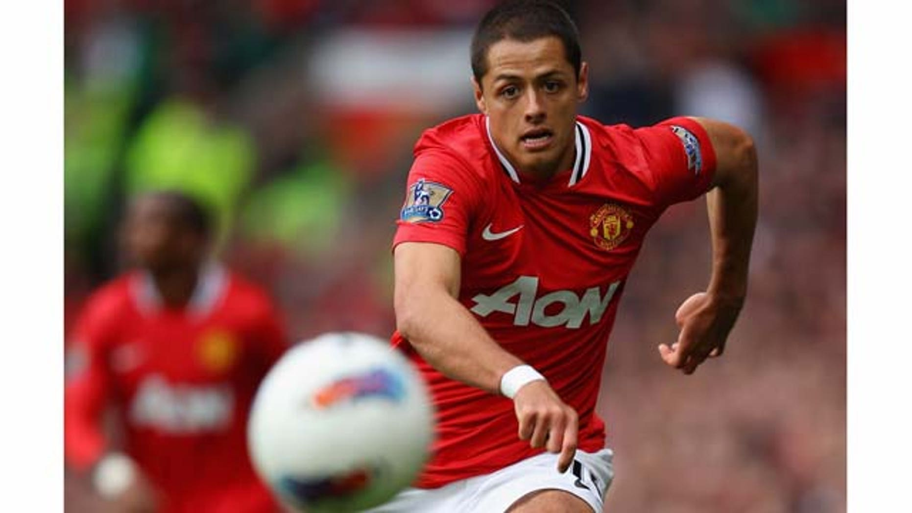 MANCHESTER, ENGLAND - AUGUST 28:  Javier Hernandez of Manchester United chases the ball during the Barclays Premier League match between Manchester United and Arsenal at Old Trafford on August 28, 2011 in Manchester, England.  (Photo by Alex Livesey/Getty Images)