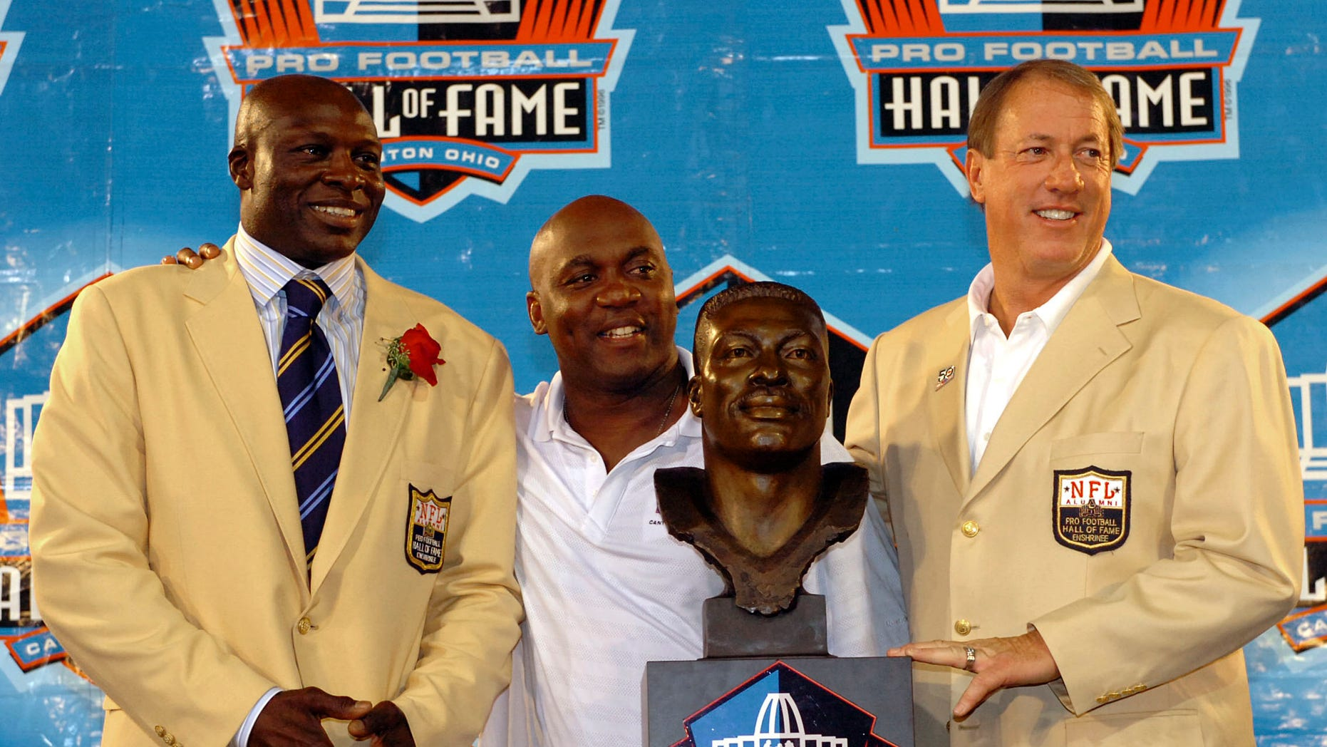 Former Buffalo Bills player Jim Kelly (R) at his acceptance into the NFL Pro Football Hall of Fame in Canton, Ohio in 2009. Kelly is now battling a second recurrence of oral cancer. (REUTERS/Ron Kuntz)