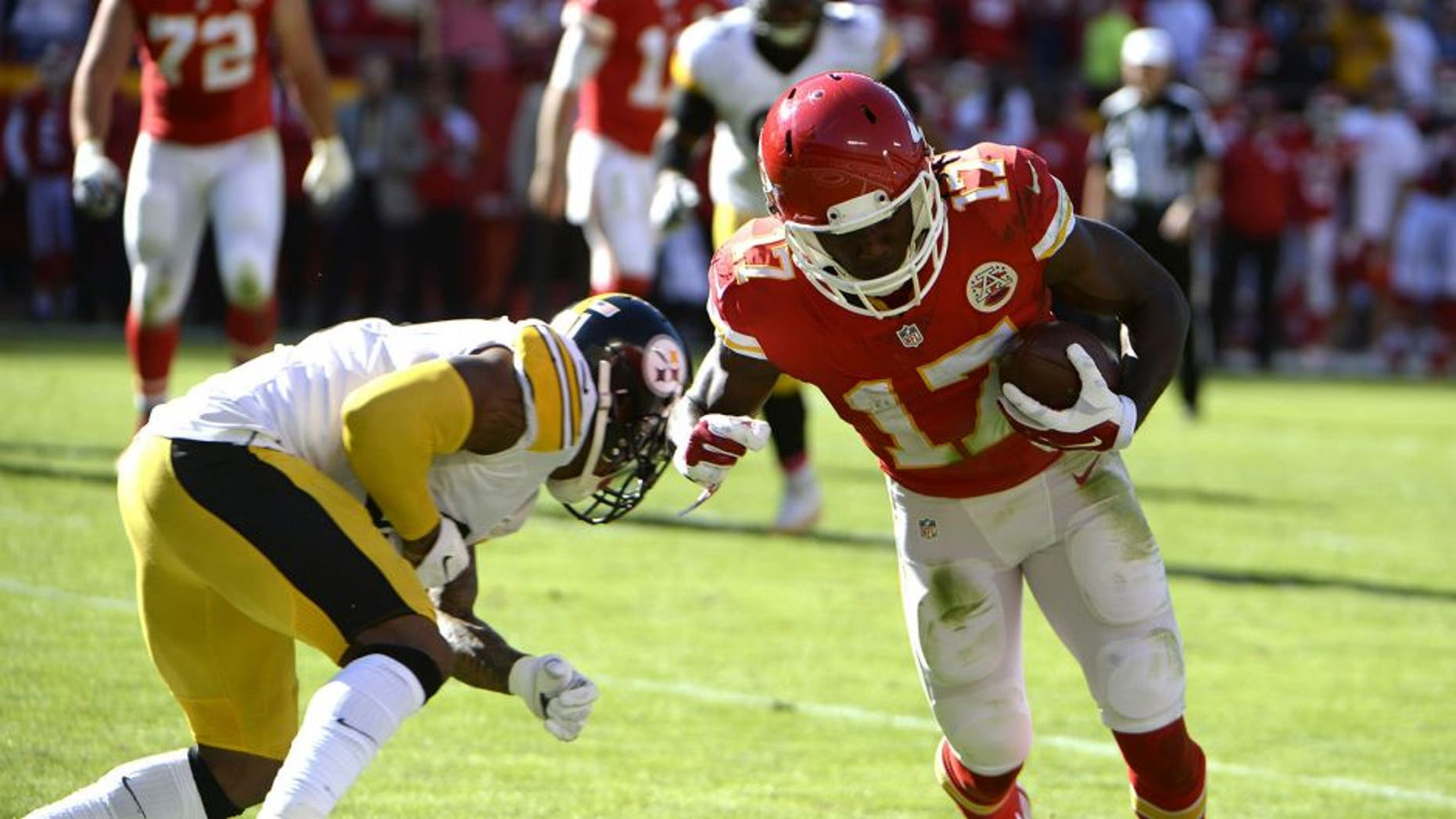 Oct 25, 2015; Kansas City, MO, USA; Kansas City Chiefs wide receiver Chris Conley (17) catches a pass for a touchdown against the Pittsburgh Steelers in the second half at Arrowhead Stadium. Kansas City won 23-13. Mandatory Credit: John Rieger-USA TODAY Sports