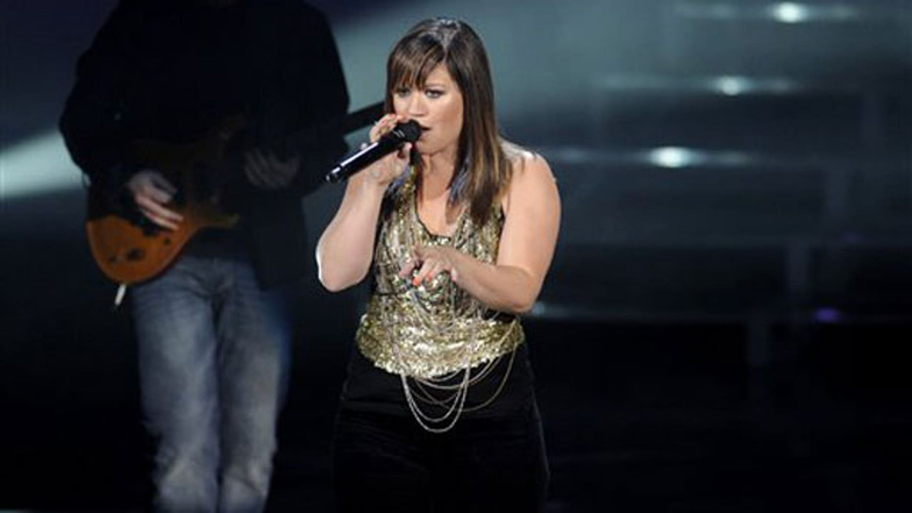 "Kelly Clarkson performs onstage at ""Vh1 Divas Celebrates Soul"" on Sunday, Dec. 18, 2011, in New York. (AP)"