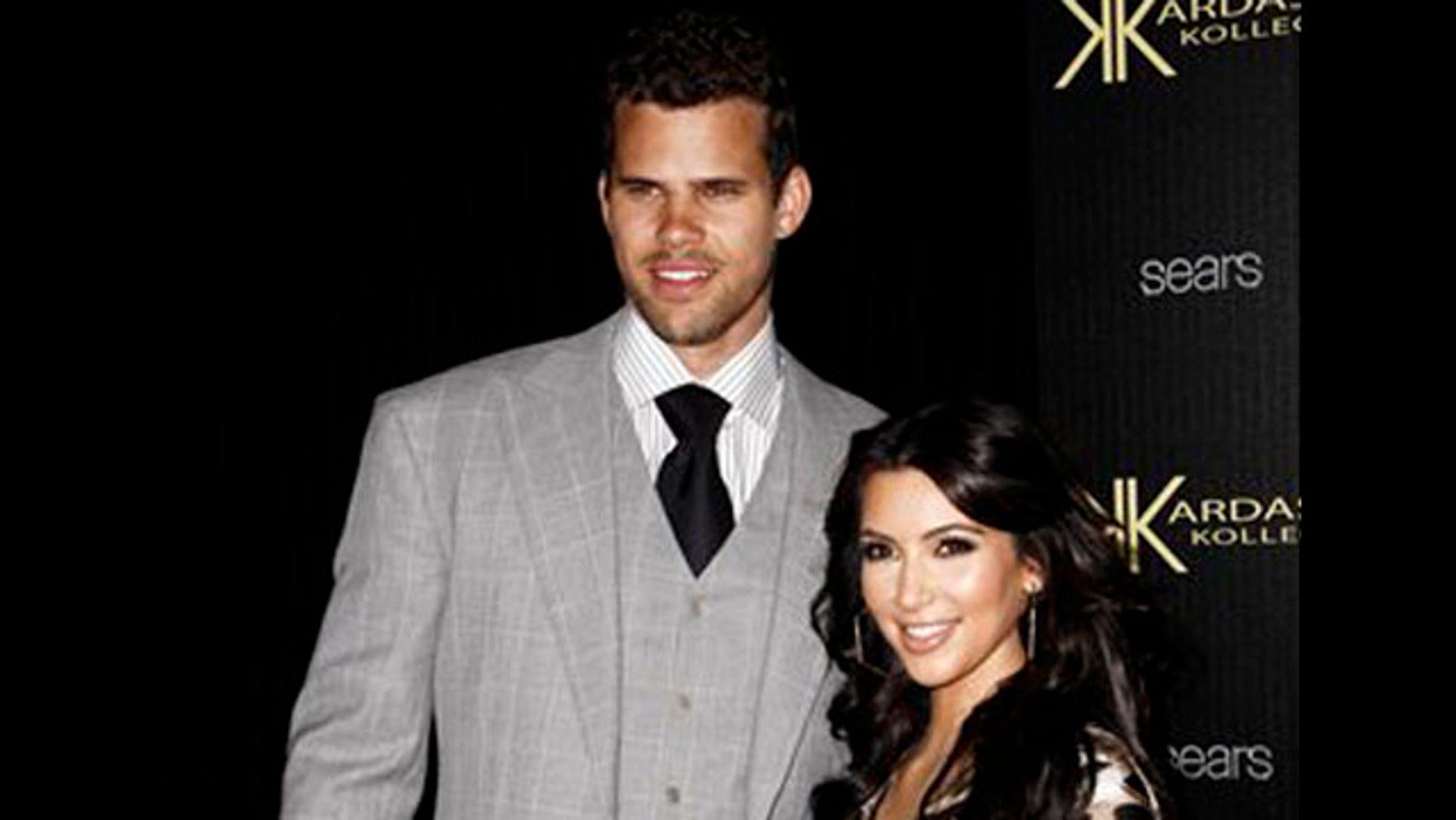 En esta fotografía de archivo del 17 de agosto de 2011, la estrella de programas de realidad simulada Kim Kardashian, derecha, y su novio en este entonces, el basquetbolista Kris Humphries, llegan a una fiesta por el lanzamiento de la Kardashian Kollection en Los Angeles. Ambos se casaron el 20 de agosto. Kardashian solicitó el divorcio el 31 de octubre del mismo año. (Foto AP/Matt Sayles, archivo)
