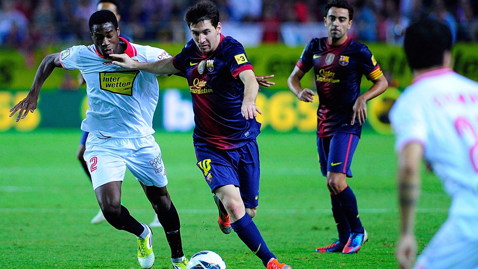 Leo Messi of FC Barcelona runs for the ball with Geoffrey Kondogbia of Sevilla FC during the La Liga match between Sevilla FC and FC Barcelona at Estadio Ramon Sanchez Pizjuan on September 29, 2012 in Seville, Spain.  (Photo by Gonzalo Arroyo Moreno/Getty Images)
