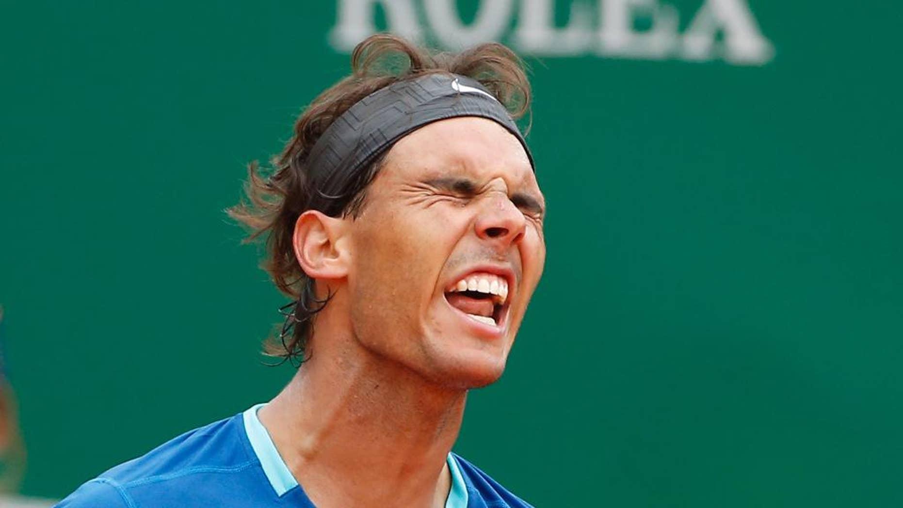 El español Rafael Nadal gesticula el perder un punto contra David Ferrer en el Masters de Montecarlo el viernes, 18 de abril de 2014, en Mónaco. Ferrer ganó. (AP Photo/Michel Euler)