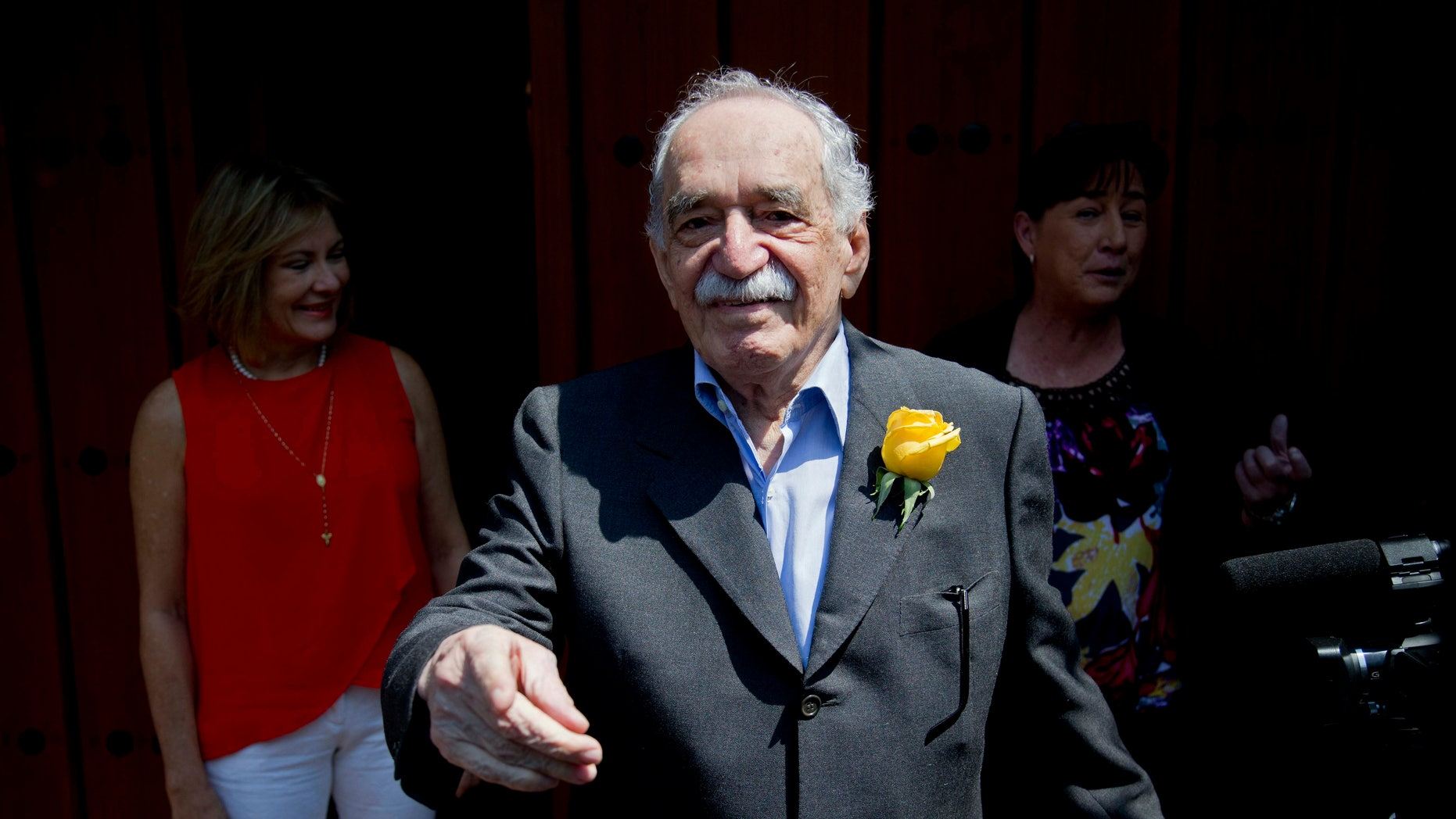 """Colombian Nobel Literature laureate Gabriel Garcia Marquez greets fans and reporters outside his home on his birthday in Mexico City, Thursday, March 6, 2014. Garcia Marquez, known as """"Gabo"""" in Latin America, turned 87 on Thursday. (AP Photo/Eduardo Verdugo)"""