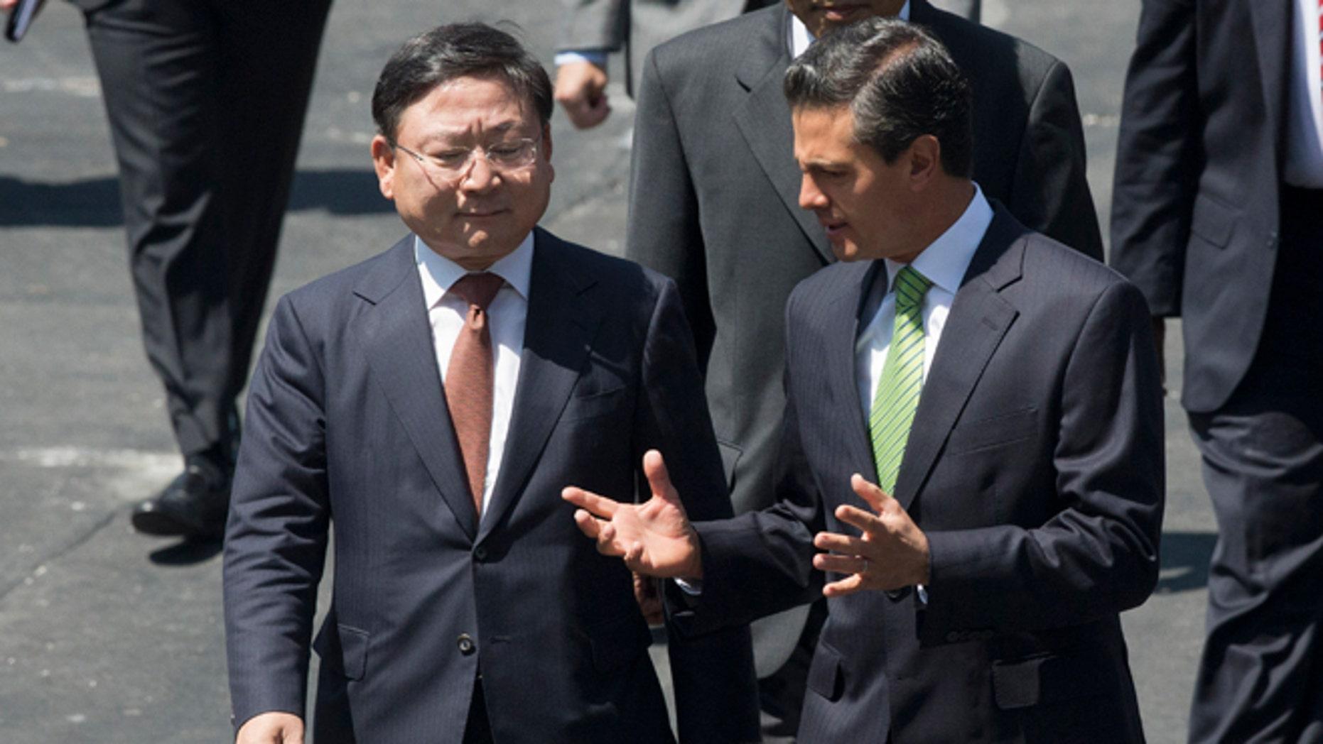 KIA CEO Hyoung-Keun Lee and Mexico's President Enrique Peña Nieto on Wednesday, Aug. 27, 2014.