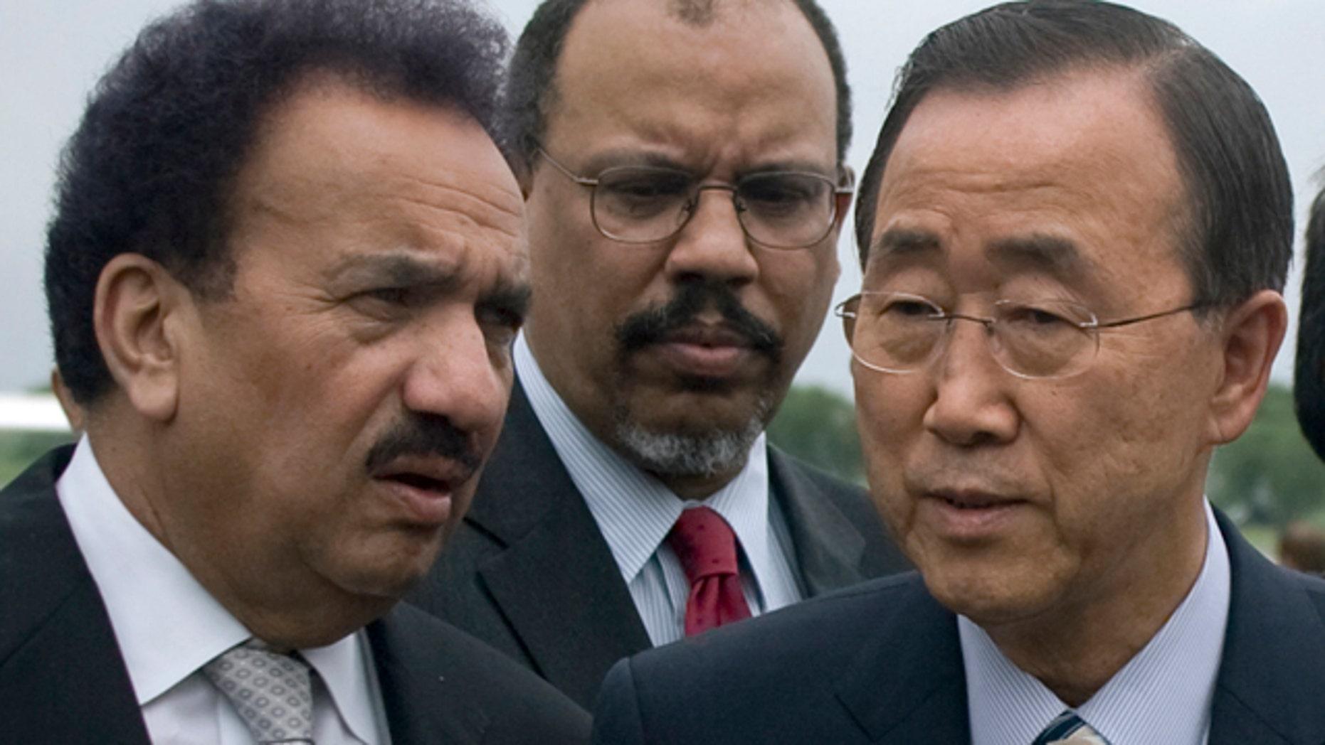 Aug. 15: U.N. Secretary-General Ban Ki-moon, right, talks with Pakistani Interior Minister Rehman Malik, left, upon his arrival at Chaklala airbase in Rawalpindi, Pakistan, to survey flood-ravaged Pakistan. (AP photo)