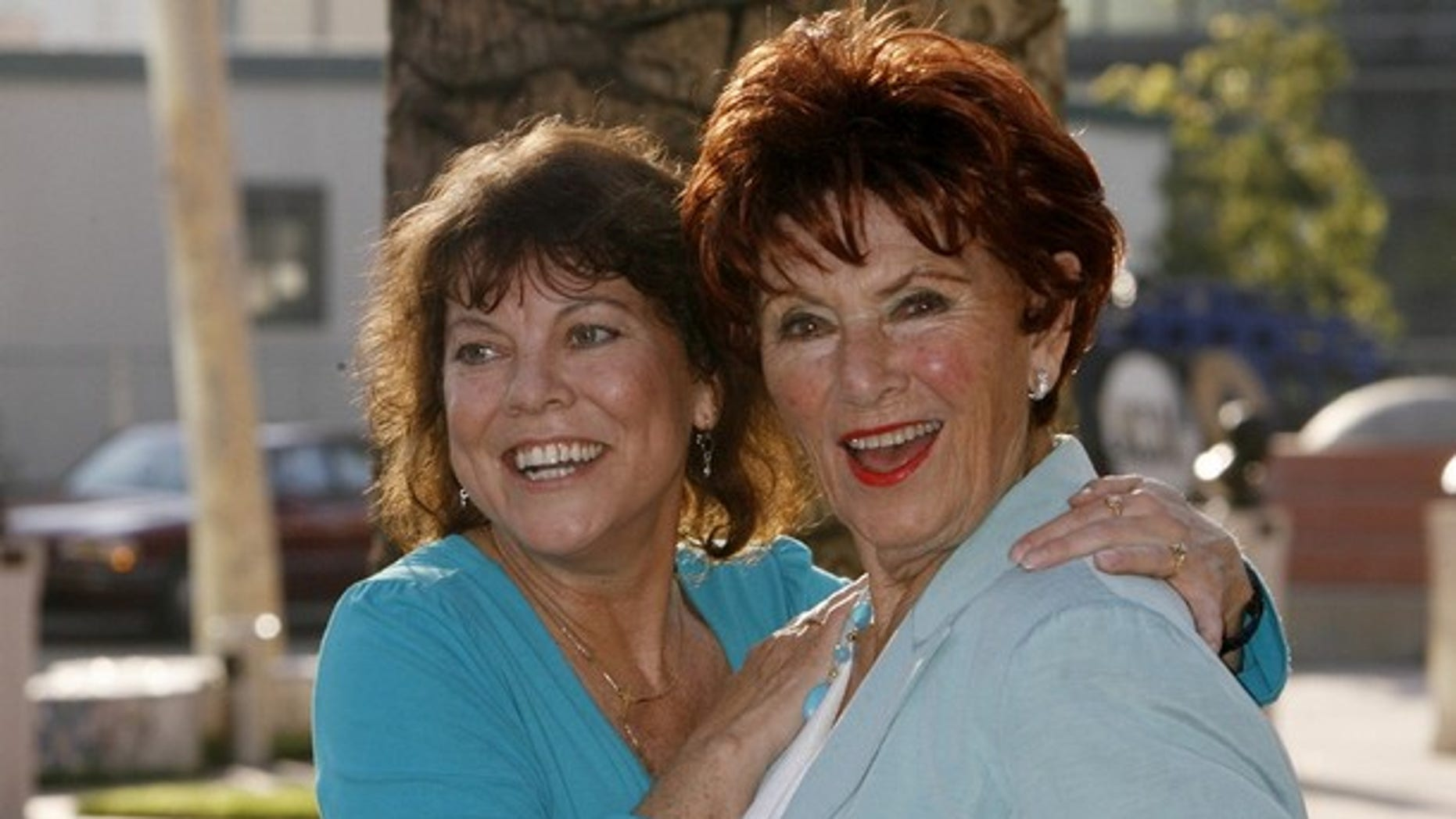 "Actresses Erin Moran (L) and Marion Ross from ""Happy Days"" arrive at ""A Father's Day Salute to TV Dads""  hosted by the Academy of Television Arts & Sciences in Los Angeles, California June 18, 2009. REUTERS/Fred Prouser (UNITED STATES ENTERTAINMENT)"