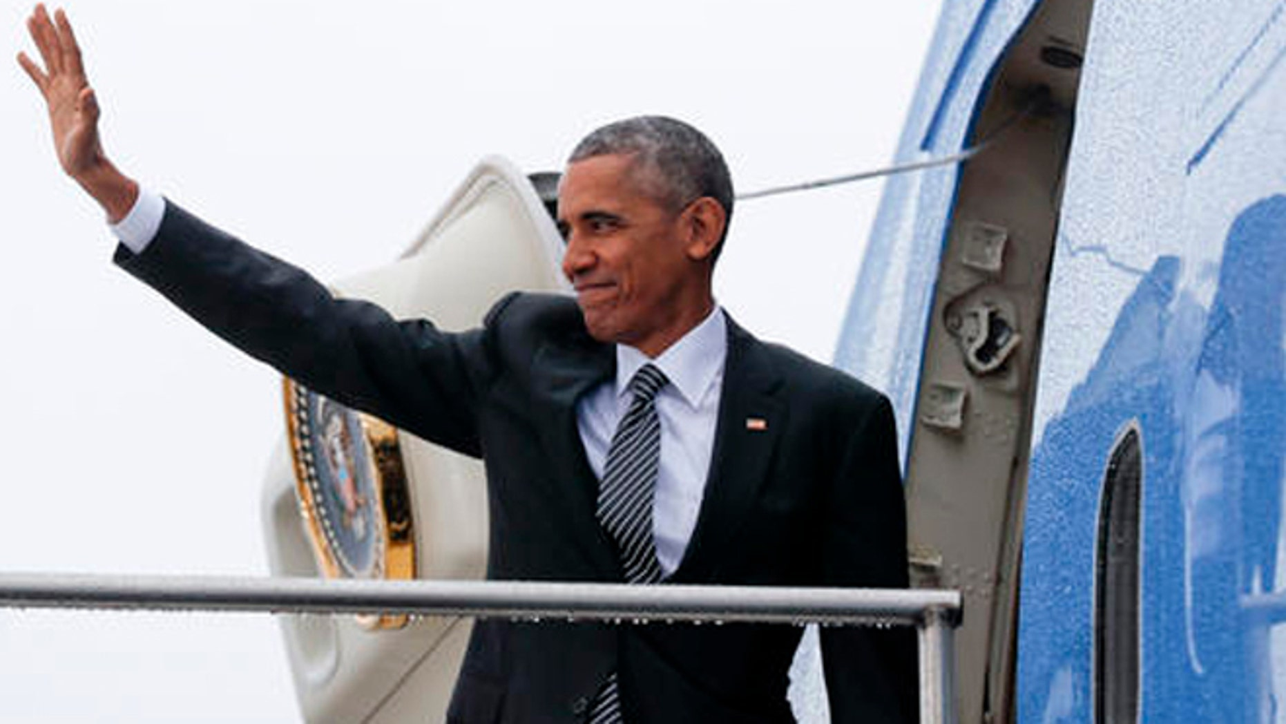 US President Barack Obama waves as he boards Air Force One during his departure from Tegel International Airport in Berlin, Friday, Nov. 18, 2016. Obama is leaving Europe and heading to South America to attend the annual Asia Pacific Economic Cooperation (APEC) forum, taking place in Lima, Peru. (AP Photo/Pablo Martinez Monsivais)