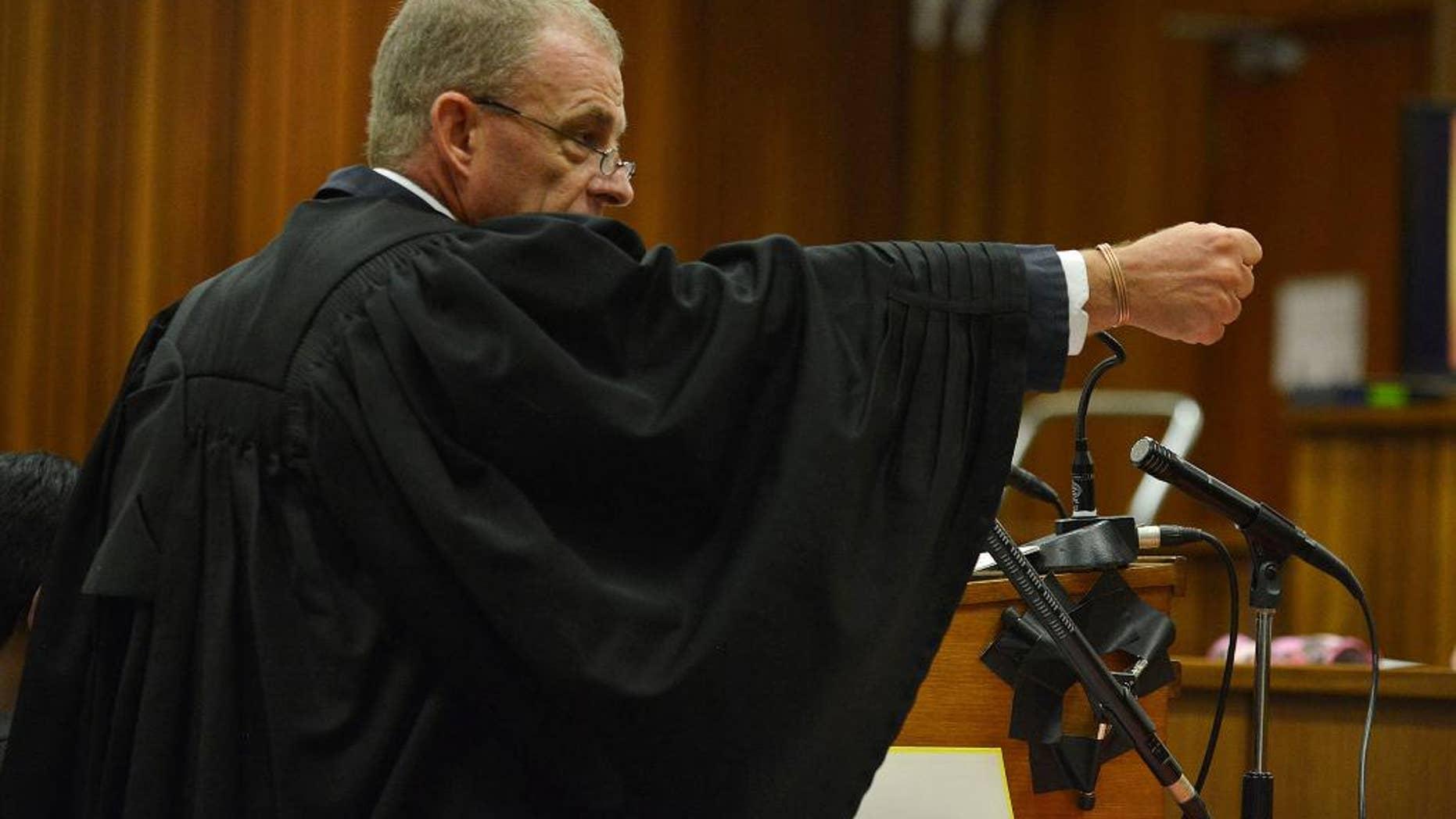 El fiscal Gerrie Nel gesticula al explicar el posible escenario de cómo Oscar Pistorius habría disparado a su novia, en el juicio contra el atleta el lunes, 14 de abril de 2014, en Pretoria, Sudáfrica. (AP Photo/Antoine de Ras, Pool)