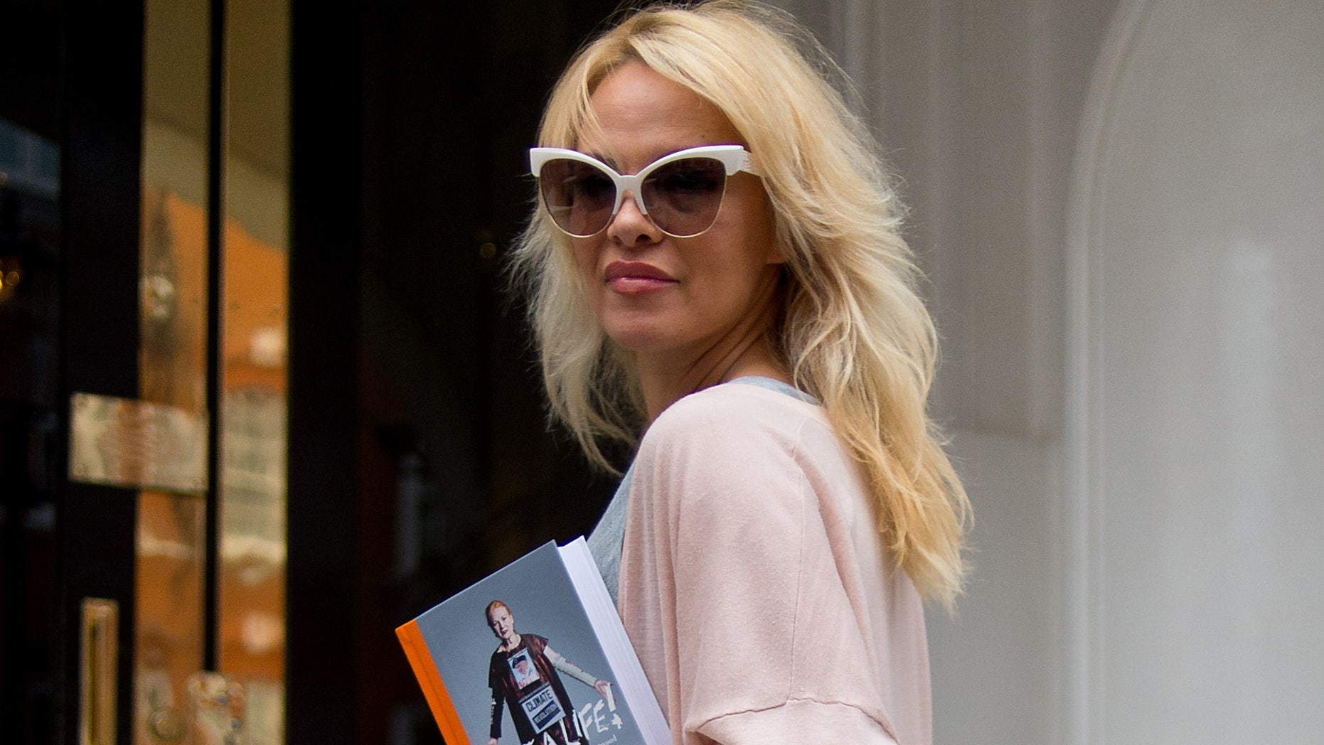 LONDON, ENGLAND - OCTOBER 15:  Pamela Anderson delivers lunch to Julian Assange at Embassy of Ecuador on October 15, 2016 in London, England.  (Photo by Ben A. Pruchnie/Getty Images)