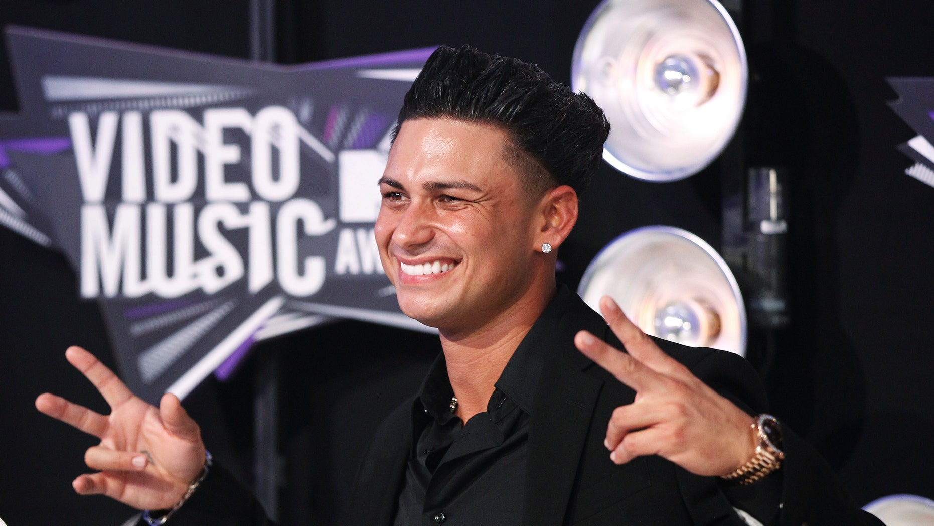 "Pauly D from the MTV reality series ""Jersey Shore"" poses at the 2011 MTV Video Music Awards in Los Angeles August 28, 2011. REUTERS/Danny Moloshok (UNITED STATES - Tags: ENTERTAINMENT) (MTV-ARRIVALS) - RTR2QGVJ"