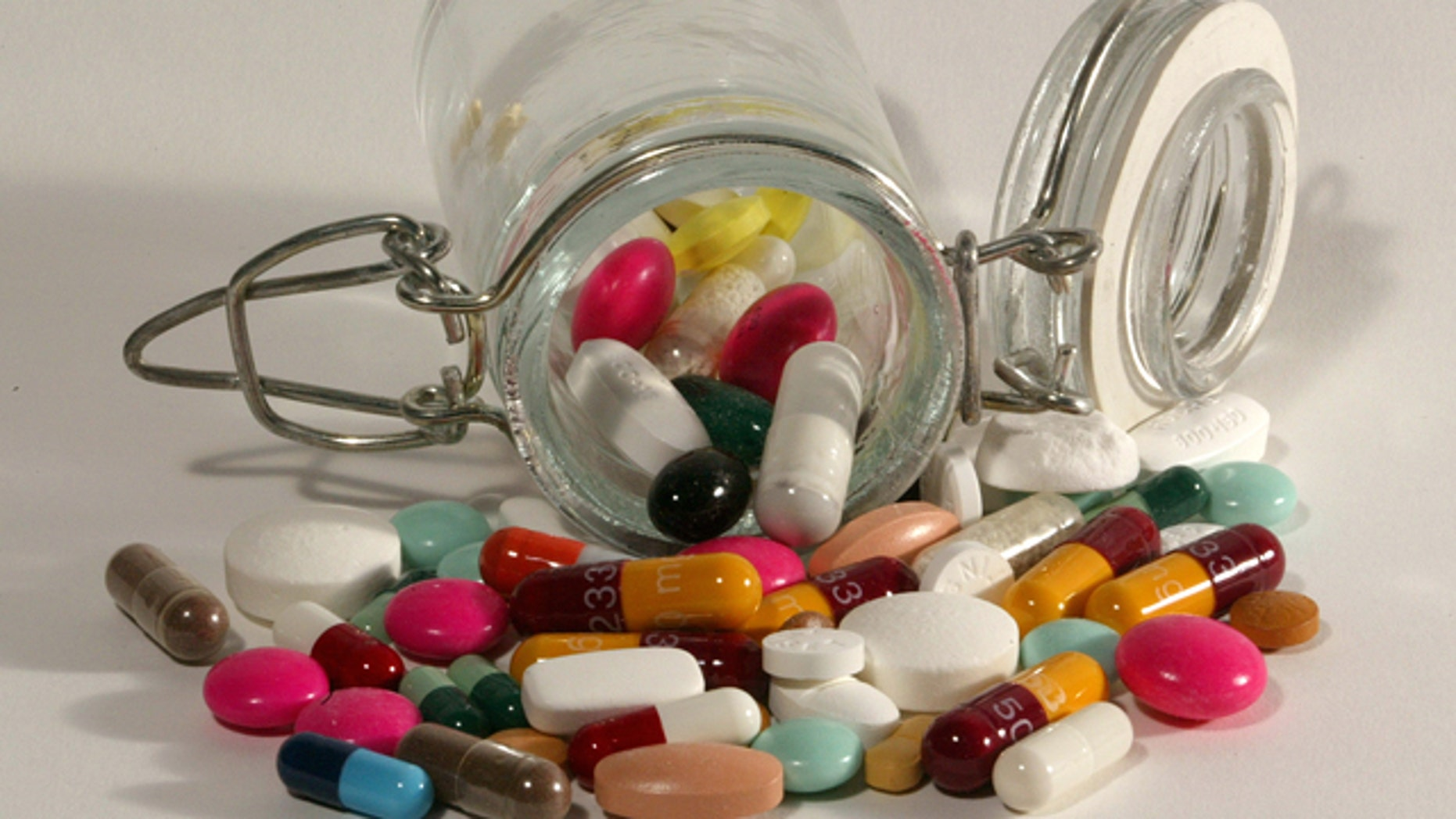 File photo illustration of pills of all kinds, shapes and colours, March 2003. HALTH NO RIGHTS CLEARANCES OR PERMISSIONS ARE REQUIRED FOR THIS IMAGE REUTERS/Jacky Naegelen  JNA/MA