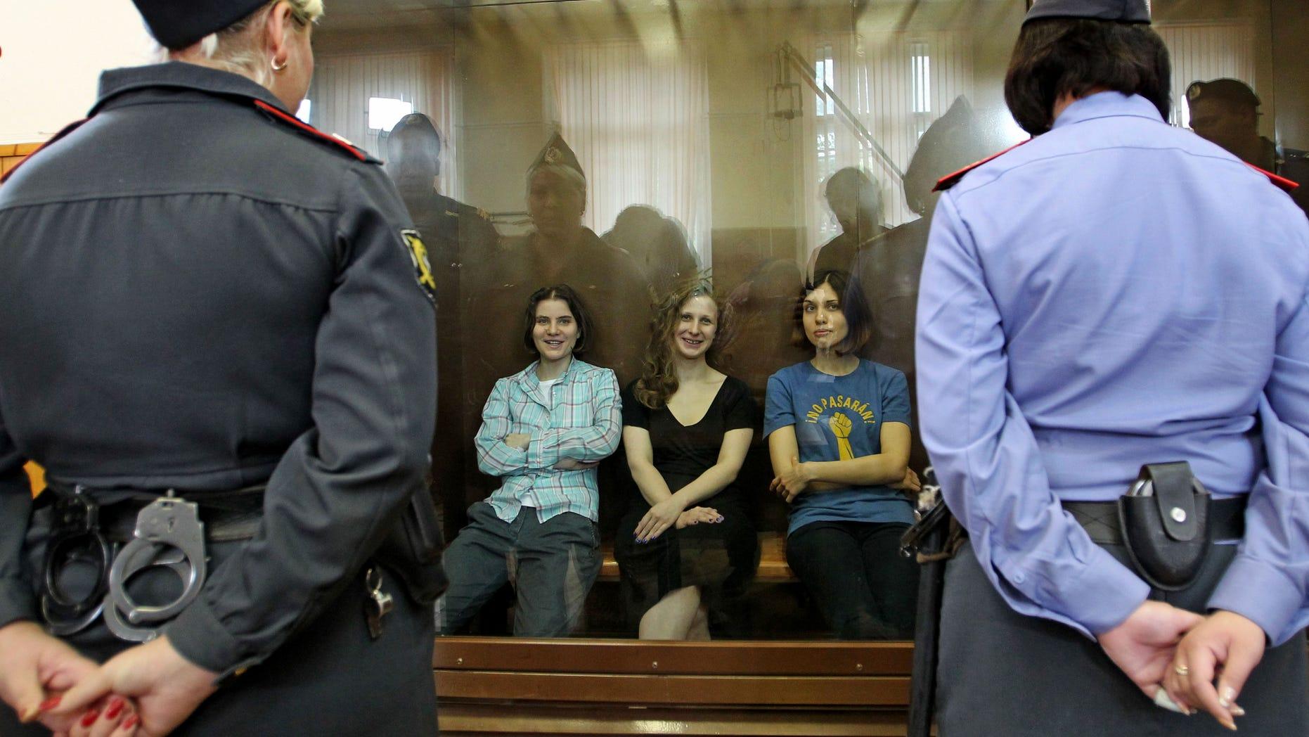 Las miembros de la banda de rock punk Pussy Riot, de izquierda a derecha Yekaterina Samutsevich, Maria Alekhina y Nadezhda Tolokonnikova en n tribunal de Moscú el viernes 17 de agosto del 2012. Fueron encontradas culpables de desacato a la autoridad pública. (Foto AP/Mikhail Metzel)