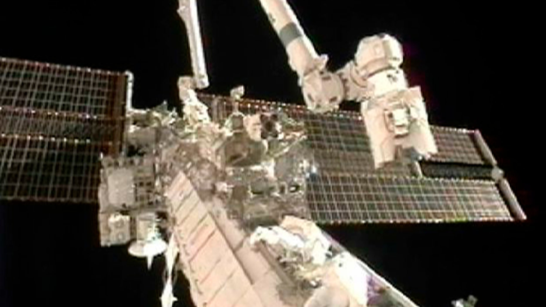 Doug Wheelock (top) and Tracy Caldwell Dyson work to remove a faulty ammonia pump module on the exterior of the International Space Station during their spacewalk in this image from NASA TV August 7, 2010.     REUTERS/NASA TV  (UNITED STATES) EDITORIAL USE ONLY NOT FOR USE IN ADVERTISING OR MARKETING CAMPAIGNS (SCI TECH SOCIETY) FOR EDITORIAL USE ONLY. NOT FOR SALE FOR MARKETING OR ADVERTISING CAMPAIGNS