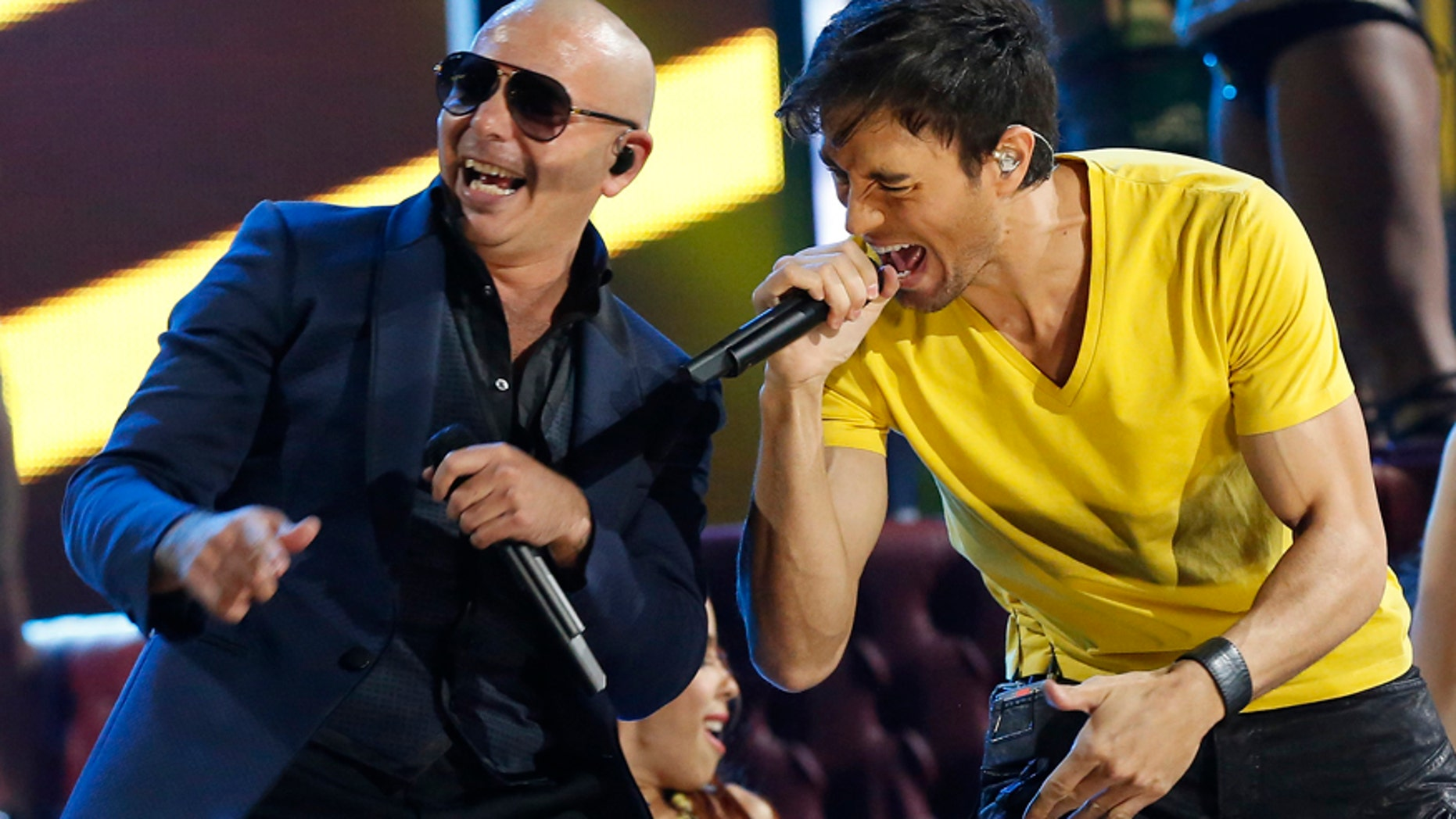 """Pitbull (L) and Enrique Igelsias perform """"Echa Pa'lla"""" during the 14th Latin Grammy Awards in Las Vegas, Nevada November 21, 2013."""