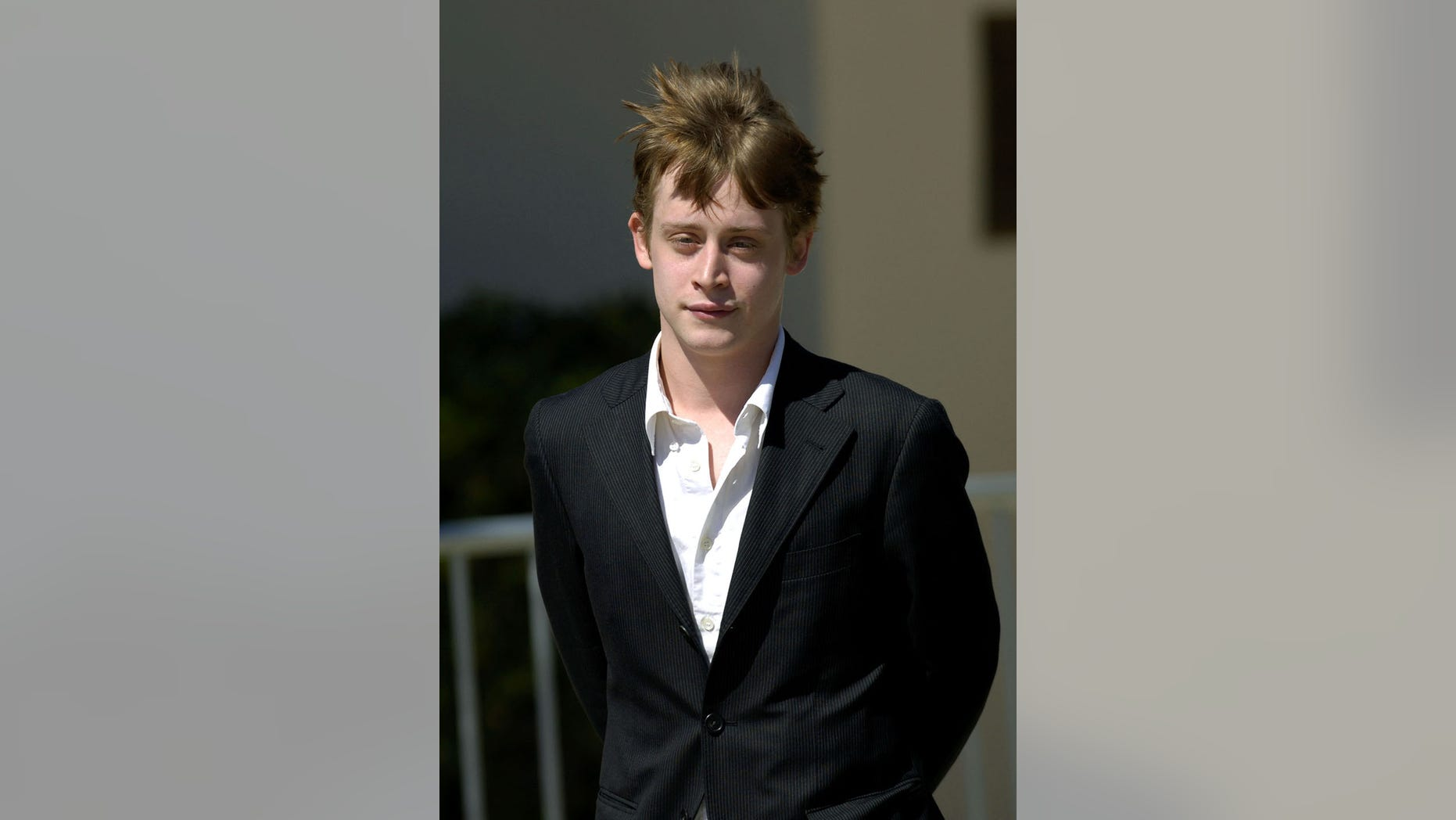 Actor Macaulay Culkin leaves the Santa Barbara county courthouse in Santa Maria, California May 11, 2005. Culkin was called in as a witness in Michael Jackson's child molestation trial. - PBEAHUOAFDN