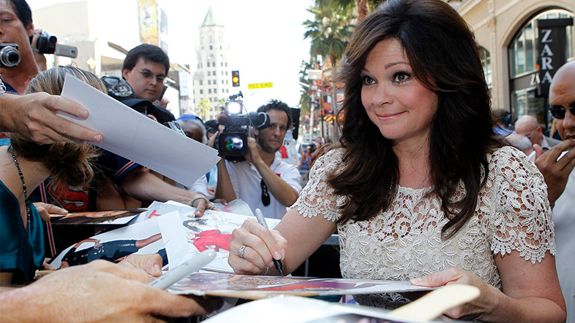 Actress Valerie Bertinelli signs autographs after unveiling her star on the Walk of Fame in Hollywood, California August 22, 2012. REUTERS/Mario Anzuoni (UNITED STATES - Tags: ENTERTAINMENT PROFILE) - GM1E88N0DMV01