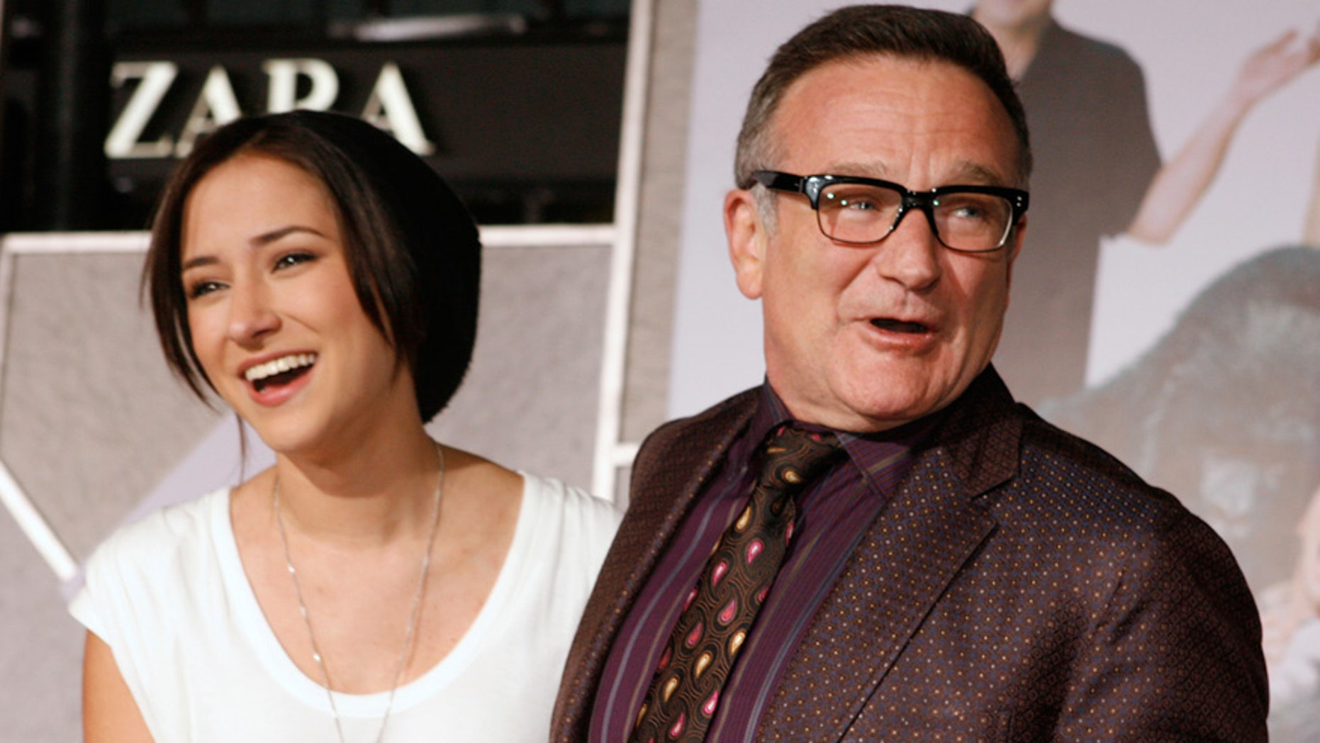 Actor Robin Williams (R) poses with his daughter Zelda Williams as they arrive in Hollywood, California November 9, 2009. REUTERS/Fred Prouser (UNITED STATES ENTERTAINMENT)