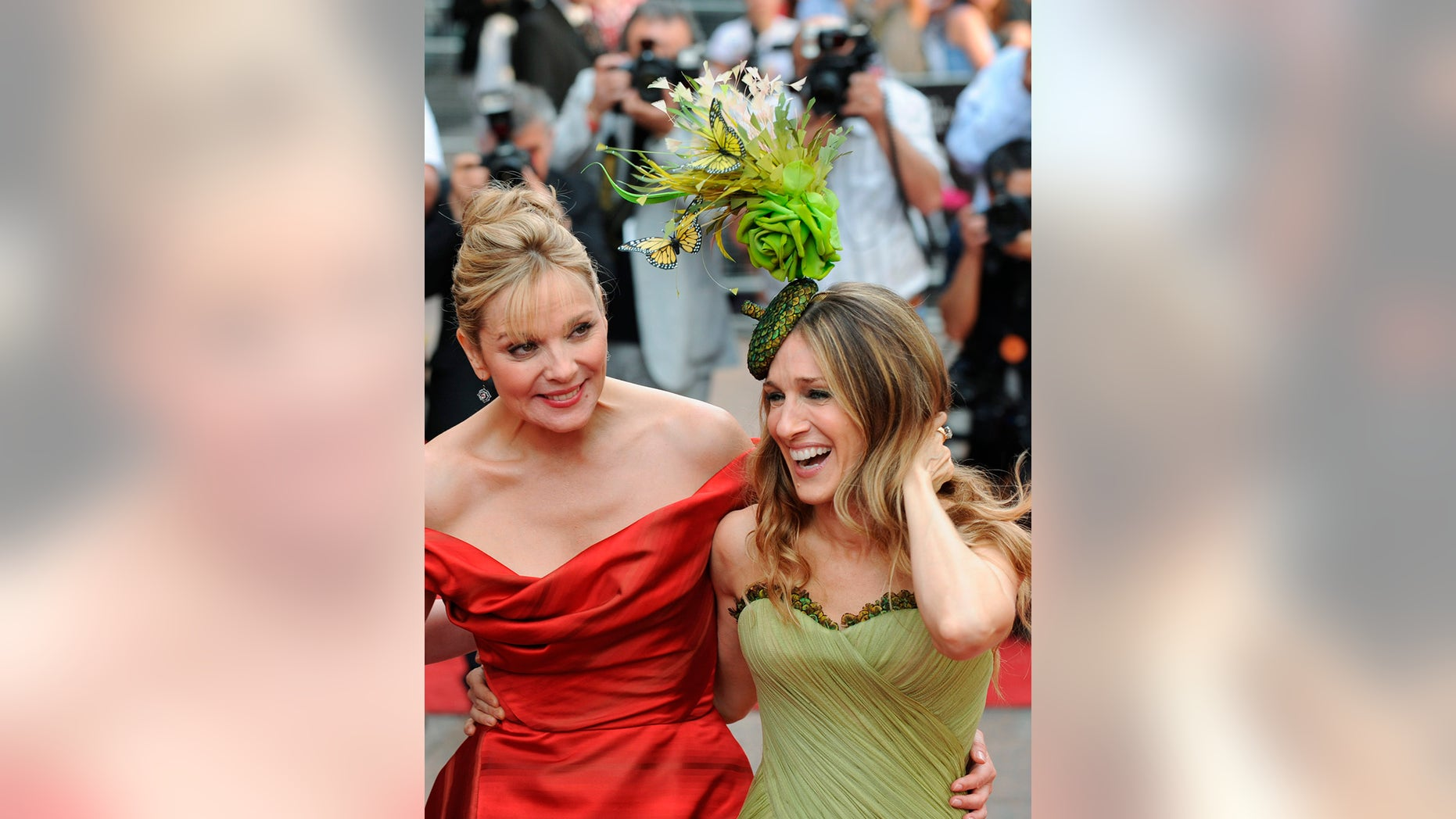 Actresses Kim Cattrall (L) and Sarah Jessica Parker arrive for the world premiere of ''Sex And The City: The Movie'' at Leicester Square in London May 12, 2008