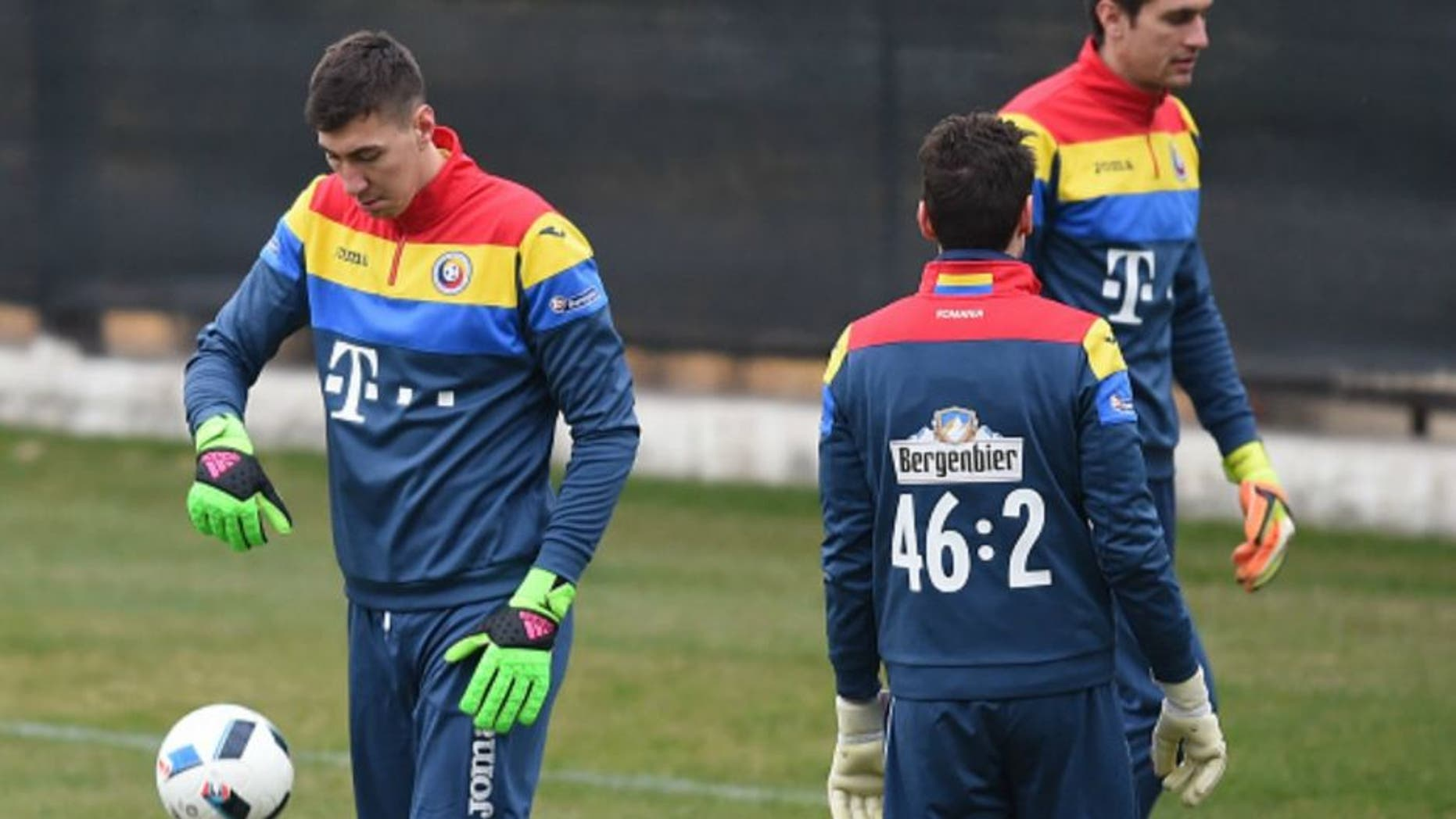 Romania's goalkeeper Costel Pantilimon (L) attends a training session on March 26, 2016, on the eve of the friendly football match Romania against Spain in Cluj Napoca city. / AFP / DANIEL MIHAILESCU (Photo credit should read DANIEL MIHAILESCU/AFP/Getty Images)