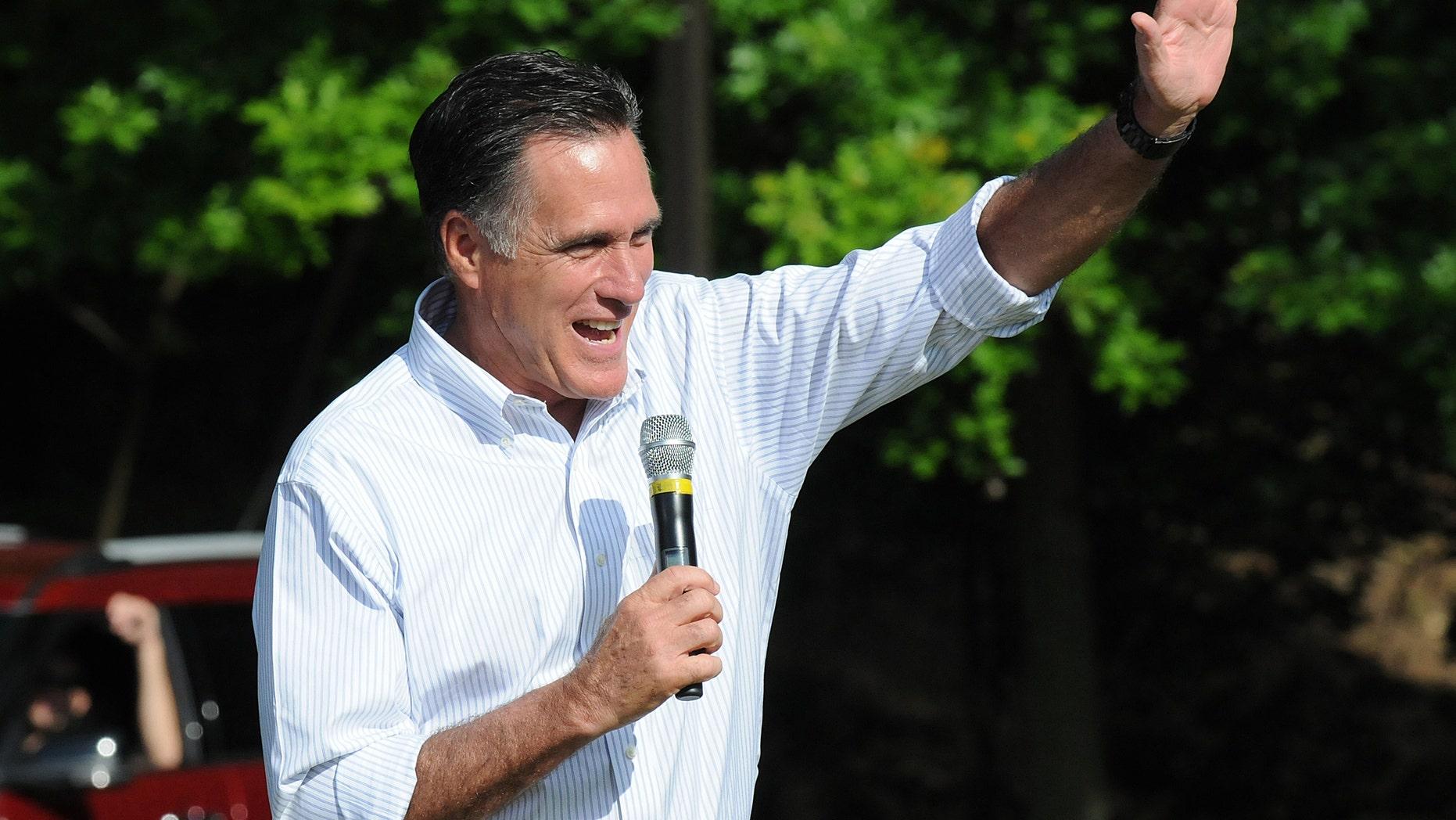 El aspirante presidencial republicano Mitt Romney saluda a simpatizantes durante un acto de campaña en Cornwall, Pensilvania, el sábado 16 de junio de 2012. En declaraciones a la cadena CBS, Romney declinó el domingo 17 responder si anularía la nueva política de inmigración del presidente Barack Obama. (Foto AP/Lebanon Daily News, Earl Brightbill)