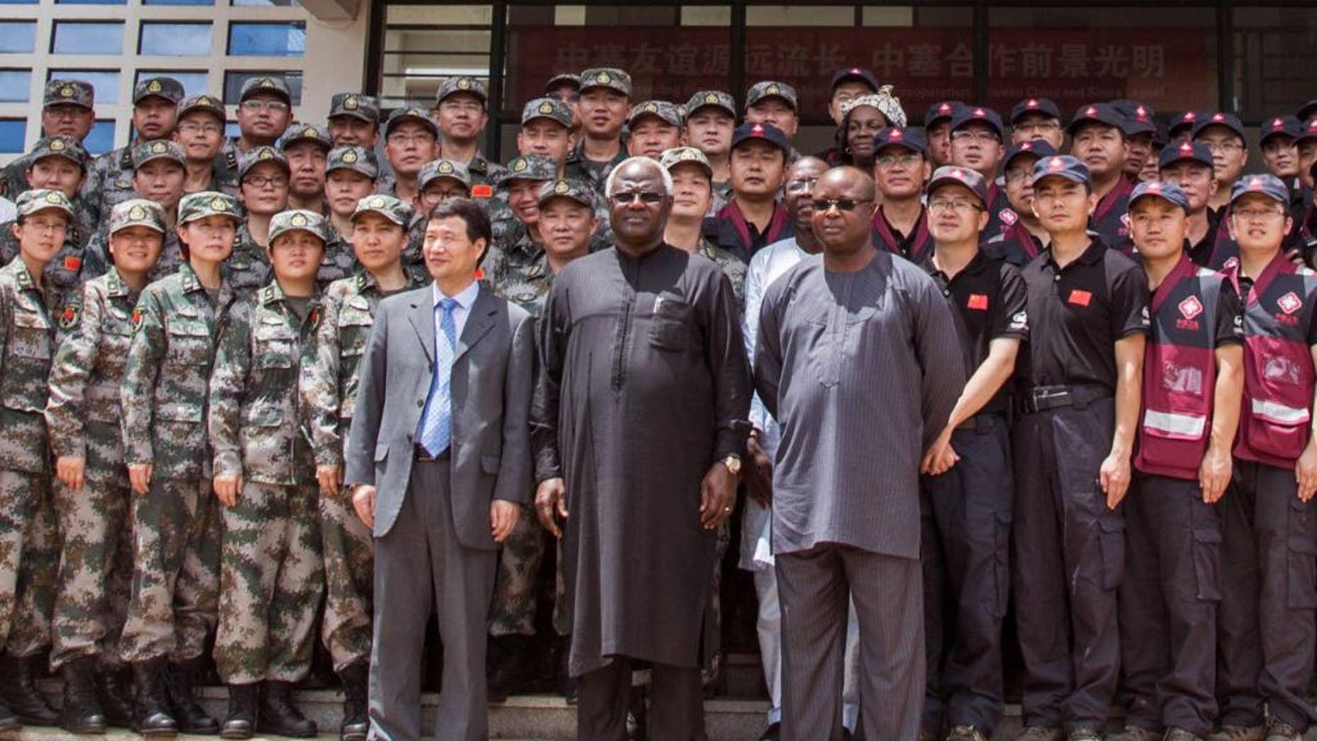 En esta foto del 25 de septiembre de 2014, de izquierda a derecha se ve al embajador de China Zhao Yanbo, al presidente de Sierra Leona Bai Koroma y al vicepresidente sierraleonés Samuel Sam-Sumana, durante una ceremonia oficial en Freetown, Sierra Leona. El presidente Koroma destituyó el miércoles 18 de marzo de 2015 al vicepresidente. (Foto AP/Michael Duff, Archivo)