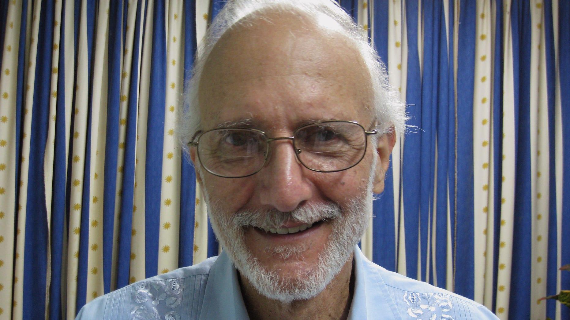 Fotografía proporcionada por James L. Berenthal en la que posa Alan Gross, estadounidense encarcelado en Cuba, durante una visita del rabino Elie Abadie y el abogado Berenthal al hospital militar Finlay en La Habana, el martes 27 de noviembre de 2012. El gobierno cubano negó que Gross tenga un tumor canceroso (Foto AP/James L. Berenthal)