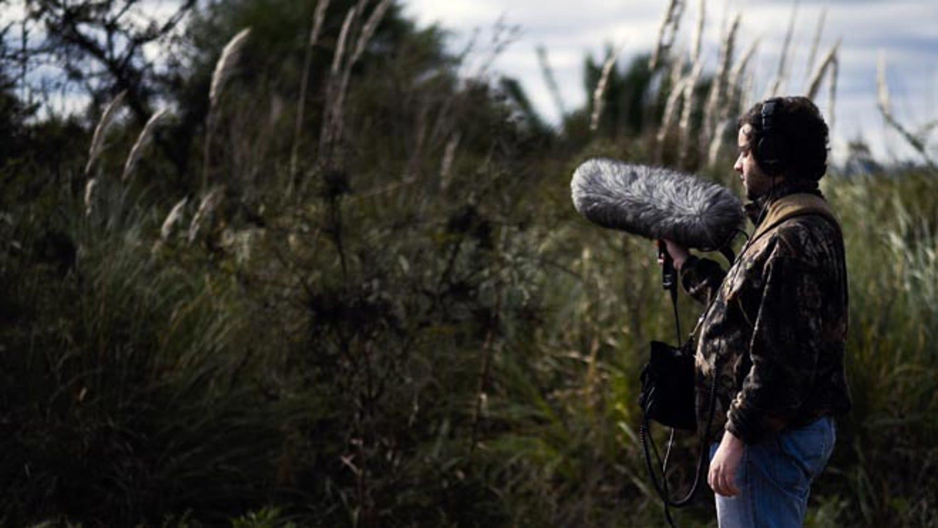 En esta imagen del 1 de junio de 2016, Juan Pablo Culasso en una reserva natural con su equipo de grabación a las afueras de Montevideo, Uruguay. Su cacería de sonidos comenzó en 2003 cuando, influido por el amor que se le había despertado por los pájaros y fiel a su espíritu aventurero, acompañó a un ornitólogo en una salida de campo. (AP Foto/Matilde Campodonico)