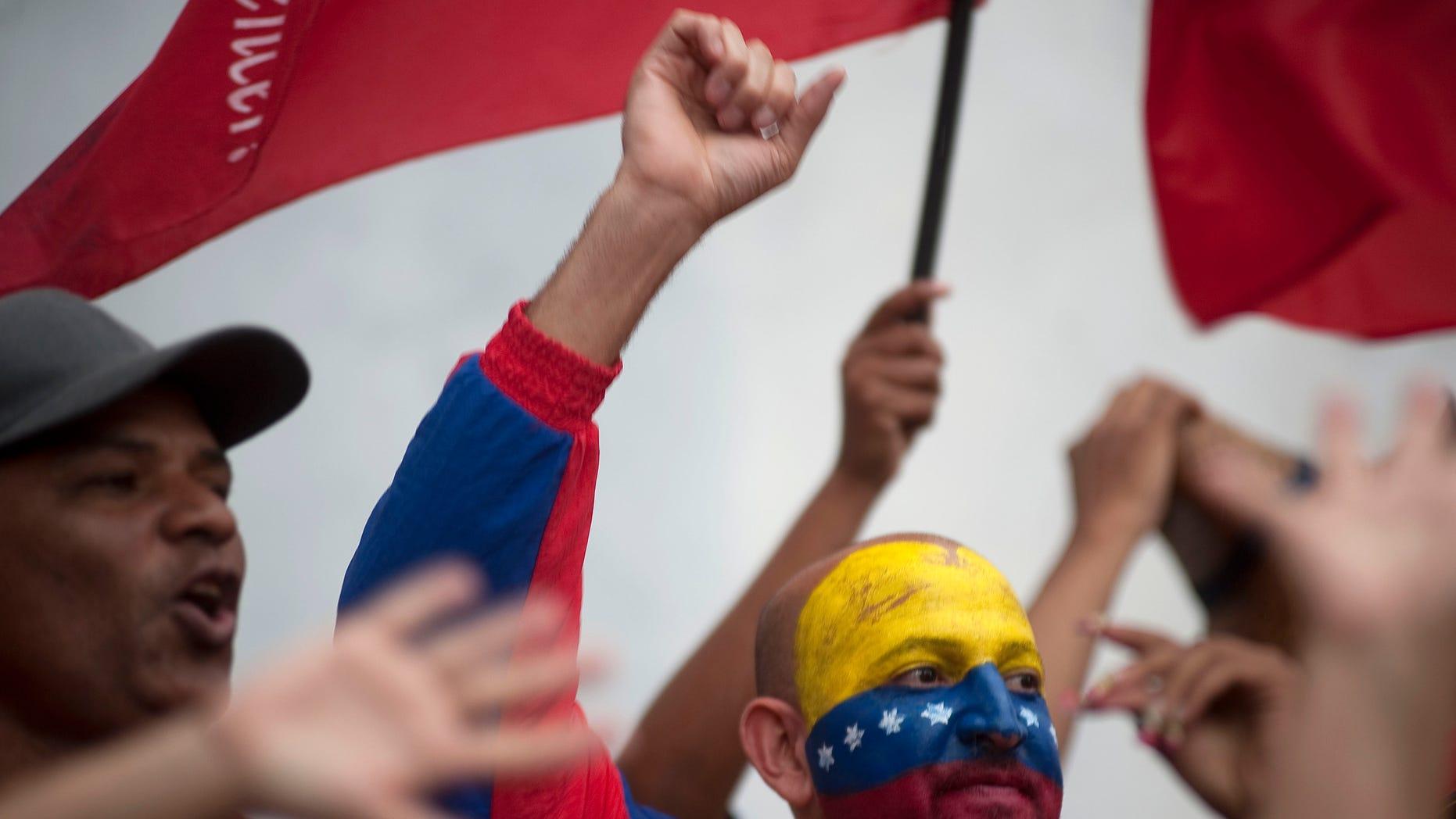 Partidarios de Hugo Chávez durante su cierre de campaña en Caracas el 4 de octubre del 2012. (AP Photo/Sharon Steinmann)