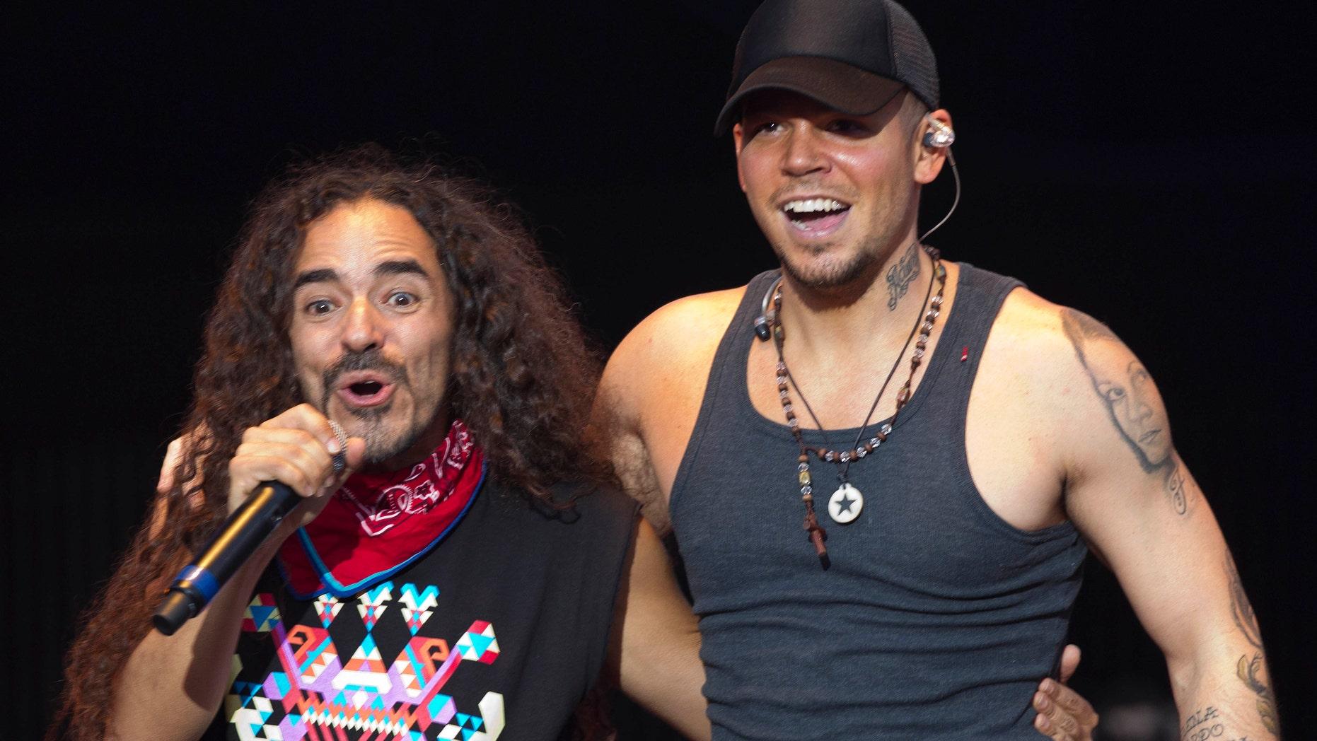 Rubén Albarrán, vocalista de Café Tacvba, izquierda, y René Pérez, de la banda boricua Calle 13, participan en el festival de música Wirikuta Fest en el Foro Sol de la Ciudad de México, el sábado 26 de mayo de  2012. (Foto AP/Eduardo Verdugo)