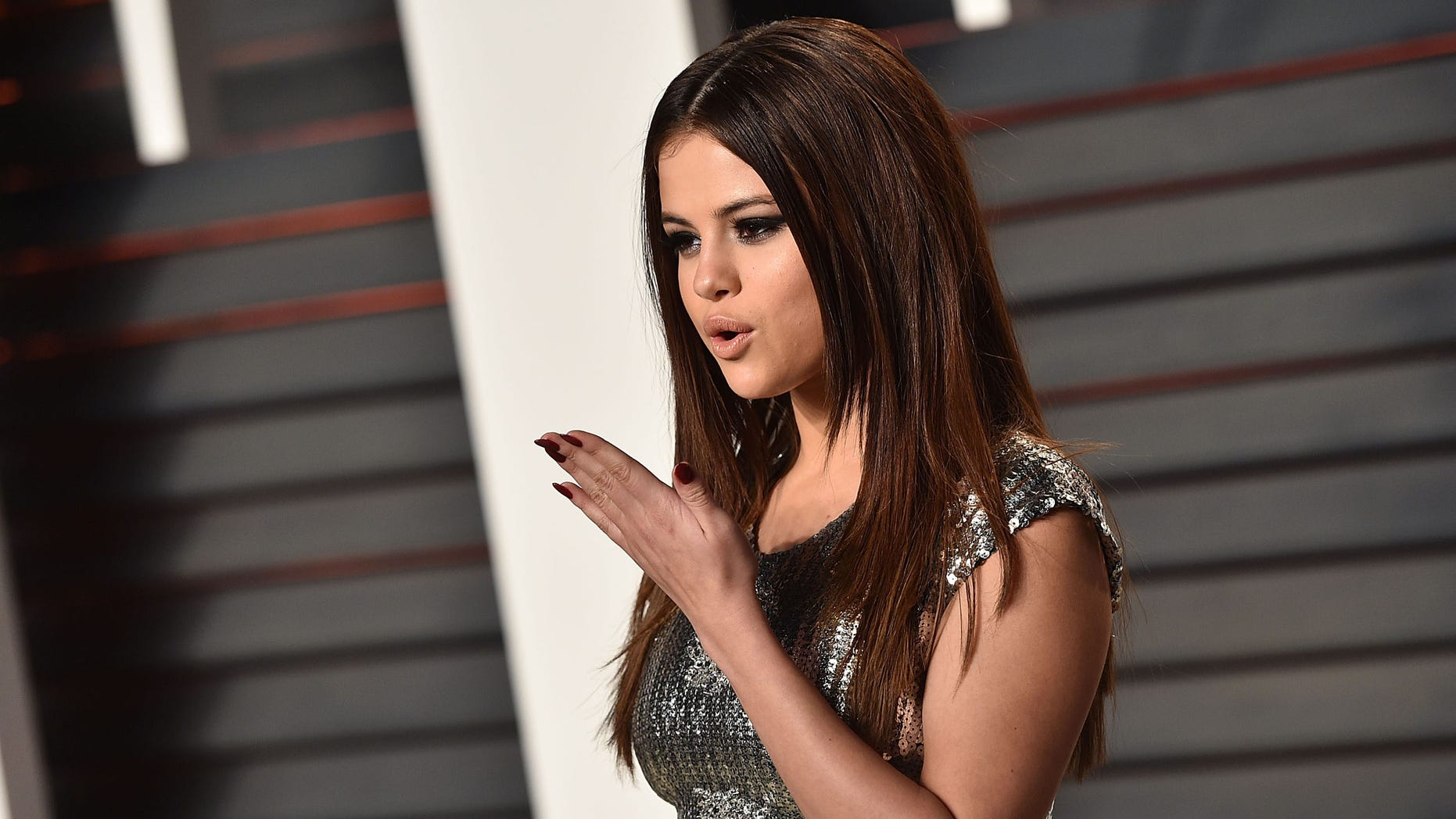 BEVERLY HILLS, CA - FEBRUARY 28:  Actress Selena Gomez arrives at the 2016 Vanity Fair Oscar Party Hosted By Graydon Carter at Wallis Annenberg Center for the Performing Arts on February 28, 2016 in Beverly Hills, California.  (Photo by John Shearer/Getty Images)