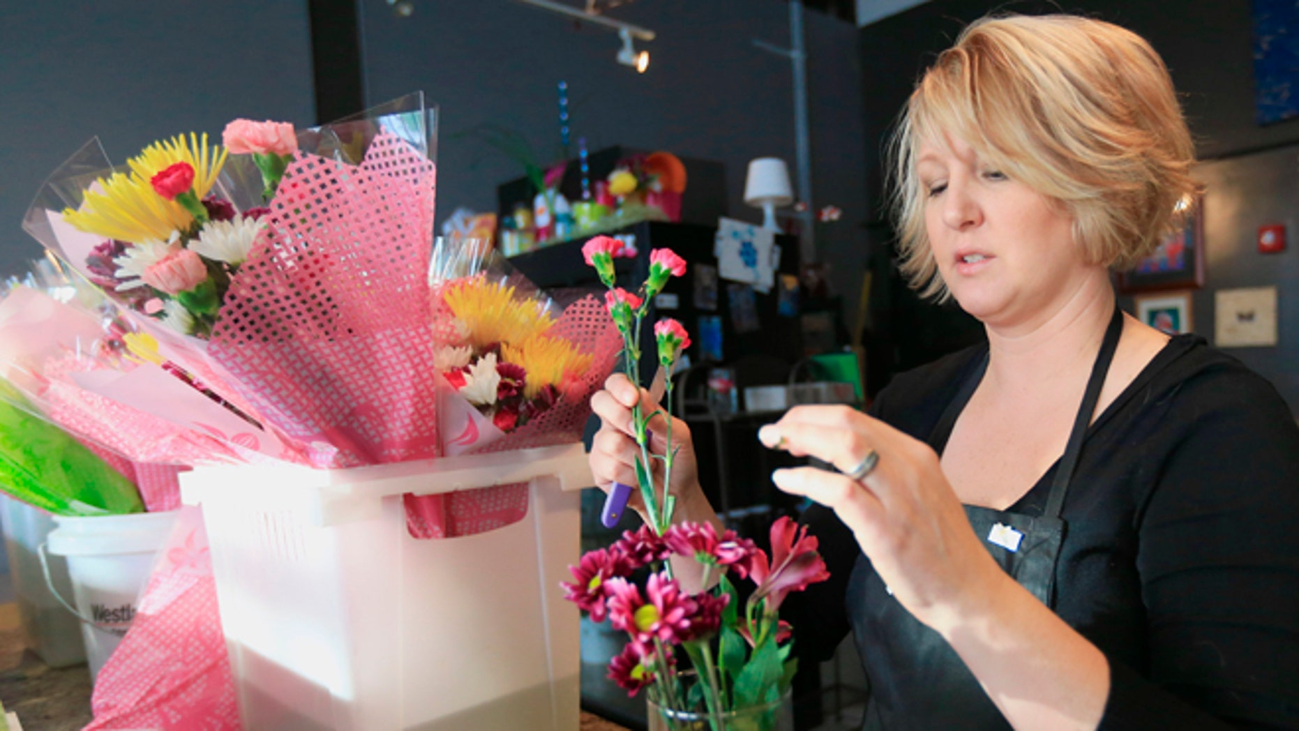 Us slow flower movement could spell trouble for latam growers come rhonda bullington owner of loess hills floral studio in council bluffs iowa makes izmirmasajfo