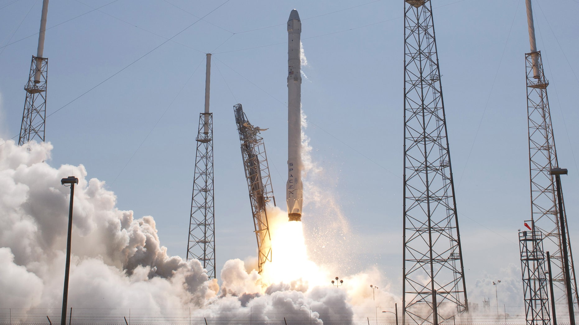The unmanned SpaceX Falcon 9 rocket with Dragon lifts off from launch pad 40 at the Cape Canaveral Air Force Station in Cape Canaveral, Florida April 14, 2015.
