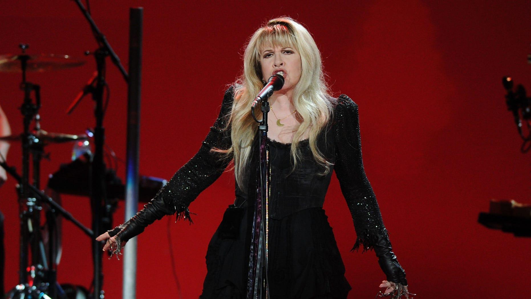 "Fleetwood Mac singer Stevie Nicks is apologizing for her comment on strangling ""Idol"" judge Nicki Minaj."