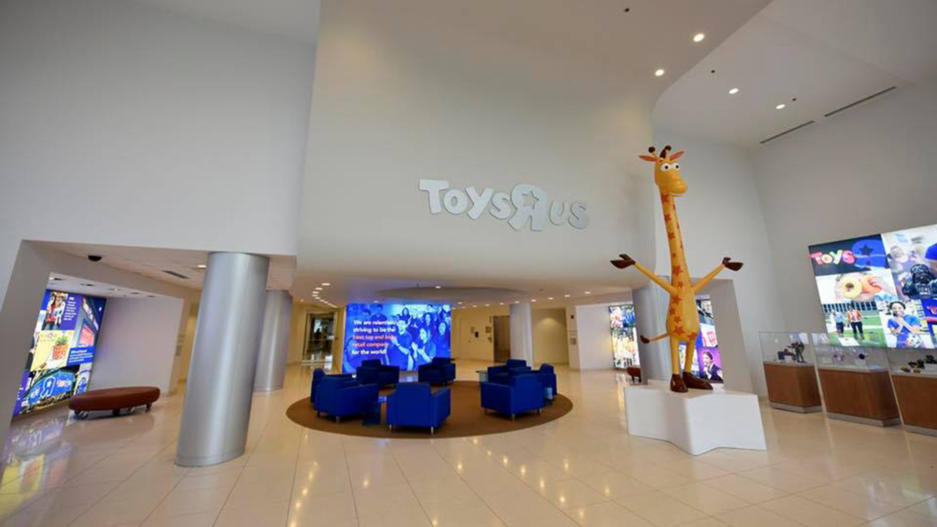 Statue Of Toys R Us Mascot Geoffrey The Giraffe Heading To