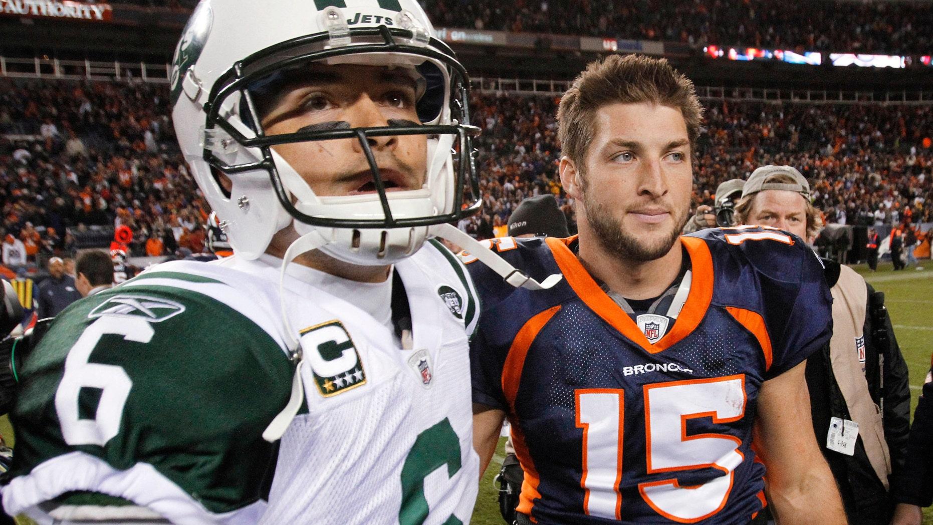 Foto de archivo del 17 de noviembre de 2011 del quarterback de los Jets de Nueva York, Mark Sánchez, izquierda, y el quarterback de los Broncos de Denver, Tim Tebow. Tebow fue canjeado a los Jets el miércoles, 21 de marzo de 2012. (AP Photo/Barry Gutierrez, File)