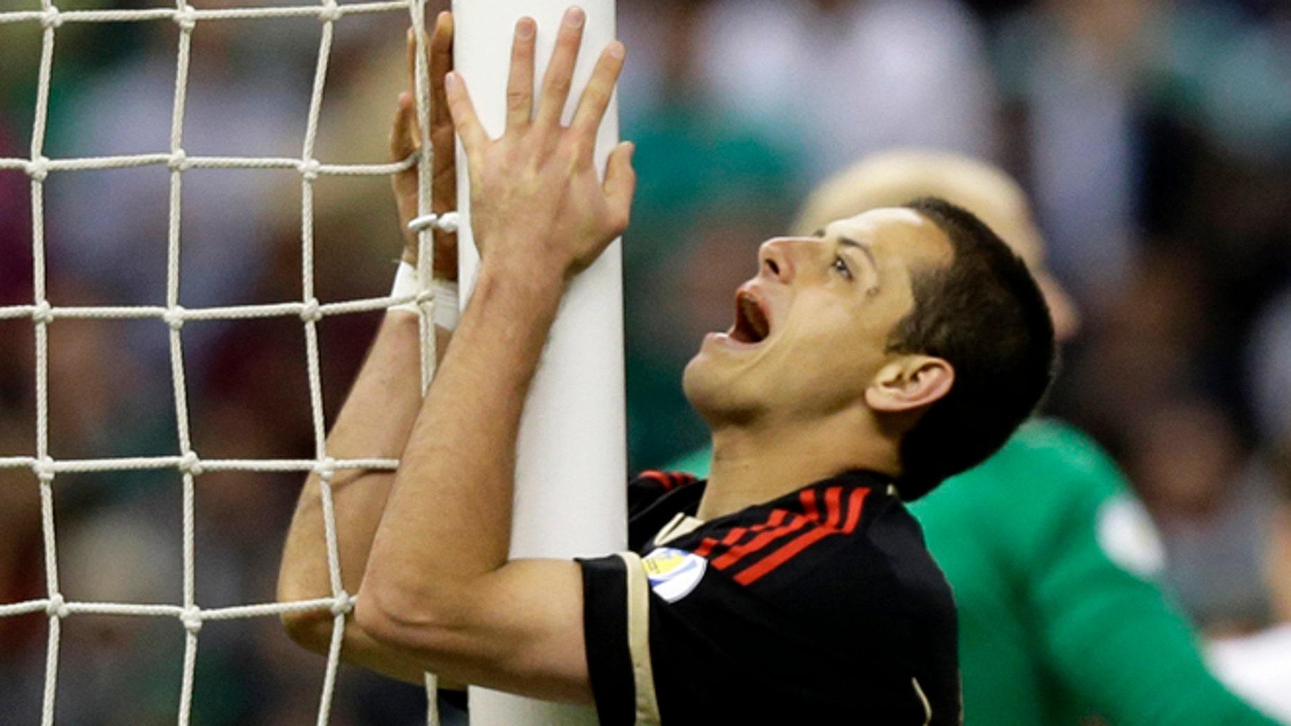 El jugador de la selección de México, Javier Hernández, gesticula tras fallar una ocasión de gol en un partido contra Estados Unidos por las eliminatorias mundialistas el 26 de marzo de 2013 en Ciudad de México. (AP Photo/Eduardo Verdugo, File)