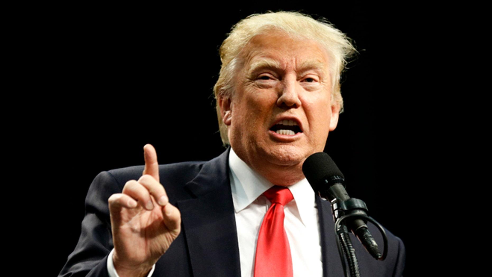 El virtual candidato republicano Donald Trump habla durante un mítin el viernes 27 de mayo de 2016 en San Diego. Un juez federal ordenó el viernes dar a conocer los documentos internos de la Universidad Trump en una demanda colectiva contra la ahora difunta escuela de bienes raíces que era propiedad de Trump. (Foto AP/Chris Carlson)