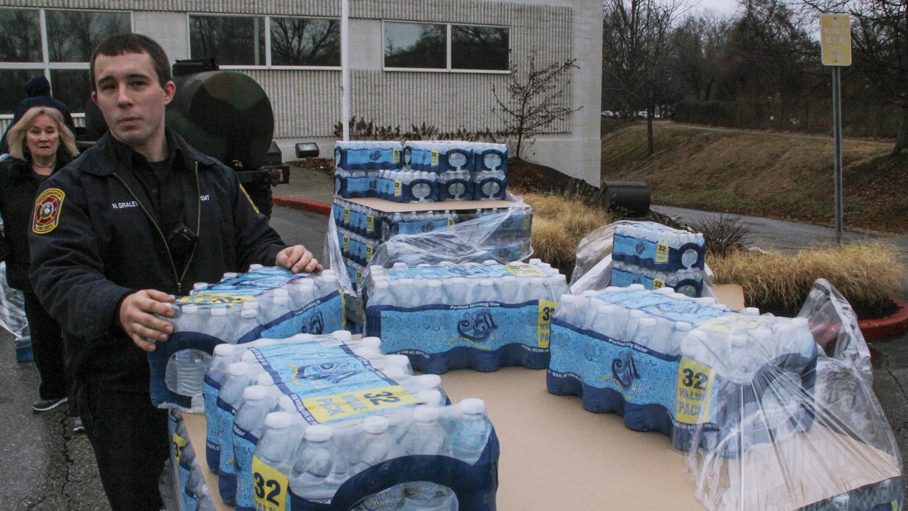 Water is distributed to residents at the South Charleston Community Center in Charleston, West Virginia, January 10, 2014. (REUTERS/Lisa Hechesky)