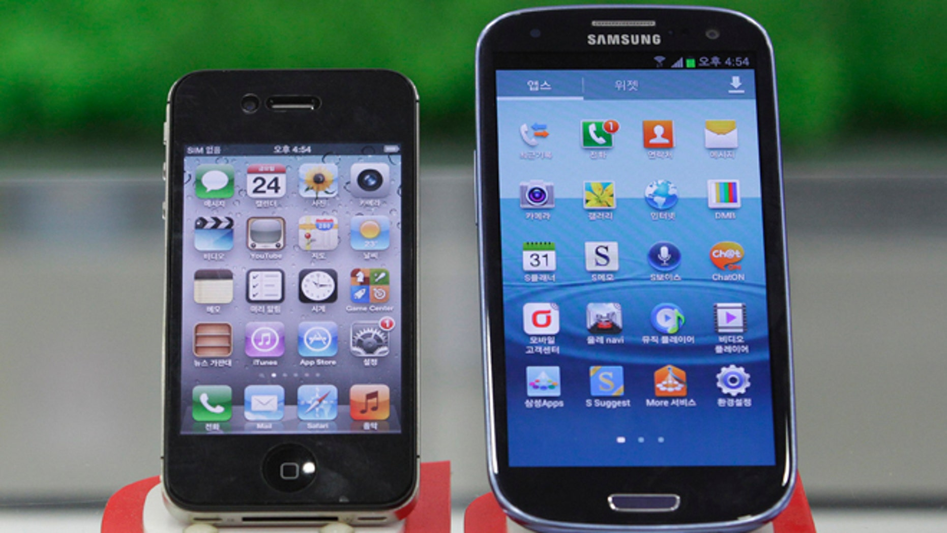 Samsung Electronics' Galaxy S III, right -- powered by Google's Android operating system -- and Apple's iPhone 4S. (AP File Photo)