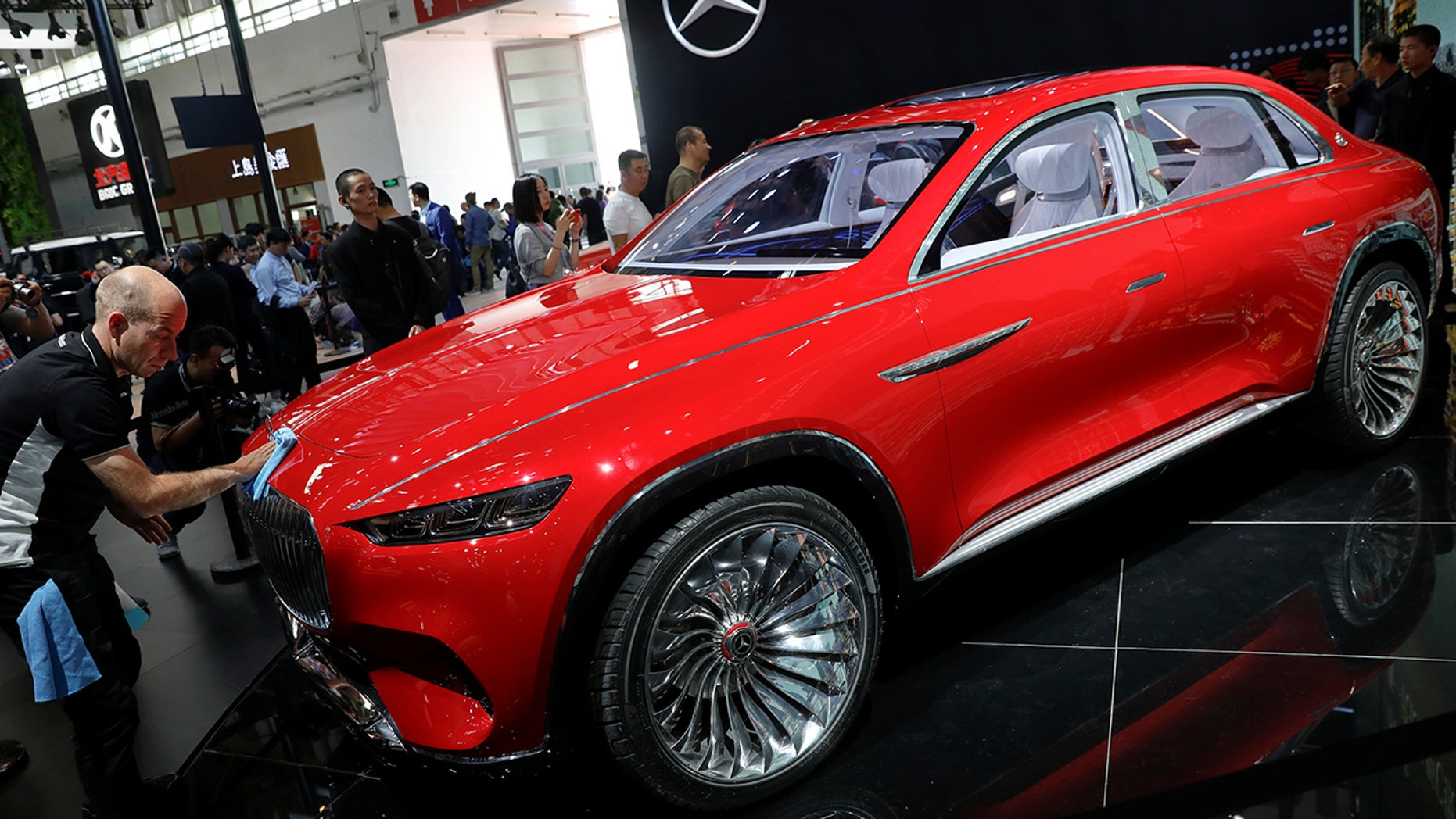 A member of staff cleans the Mercedes-Maybach Ultimate Luxury displayed during a media preview of the Auto China 2018 motor show in Beijing, China April 25, 2018. REUTERS/Damir Sagolj - RC17A27CF8B0