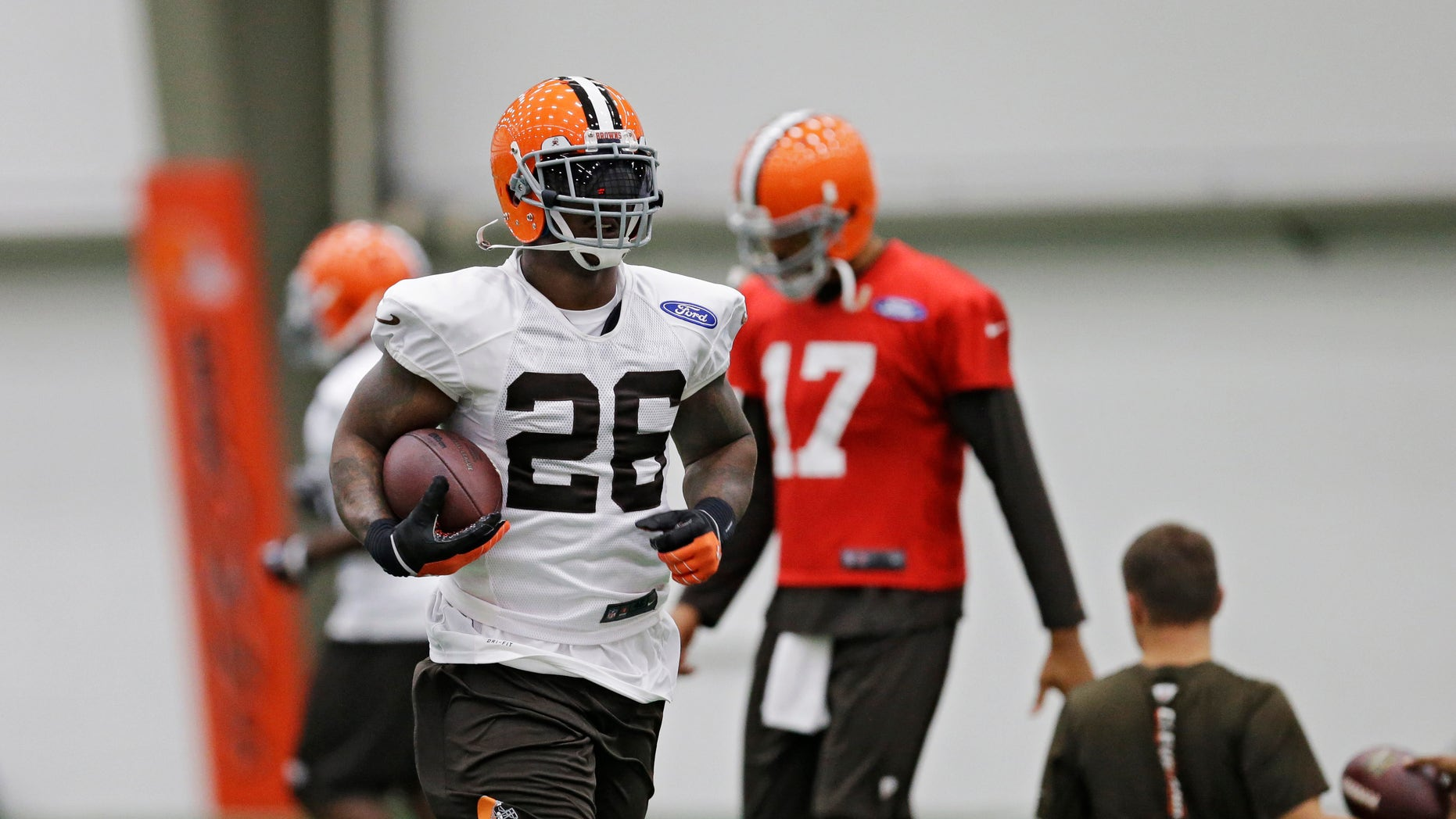 Cleveland Browns running back Willis McGahee (26) runs the ball during practice at the NFL football team's facility in Berea, Ohio Wednesday, Oct. 16, 2013. (AP Photo/Mark Duncan)