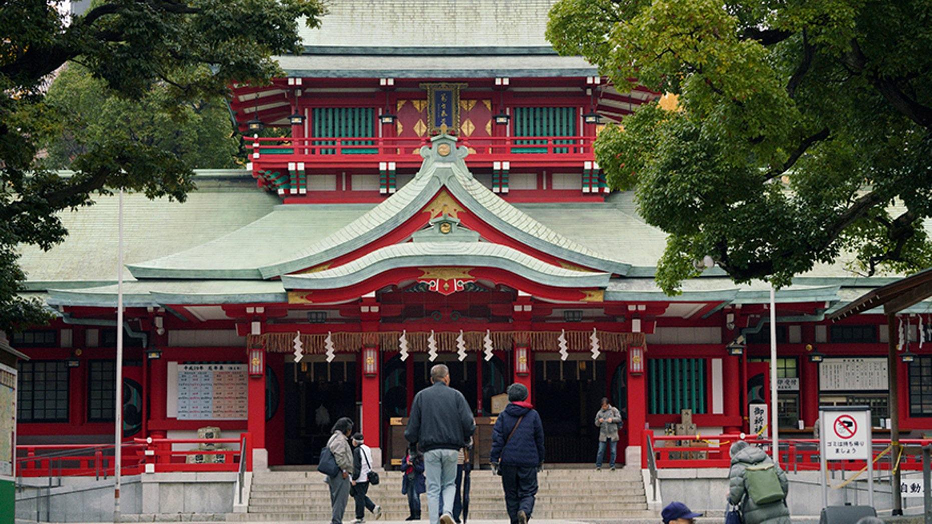 A man wielding a samurai sword killed a Shinto priestess at a prominent Tokyo shrine.