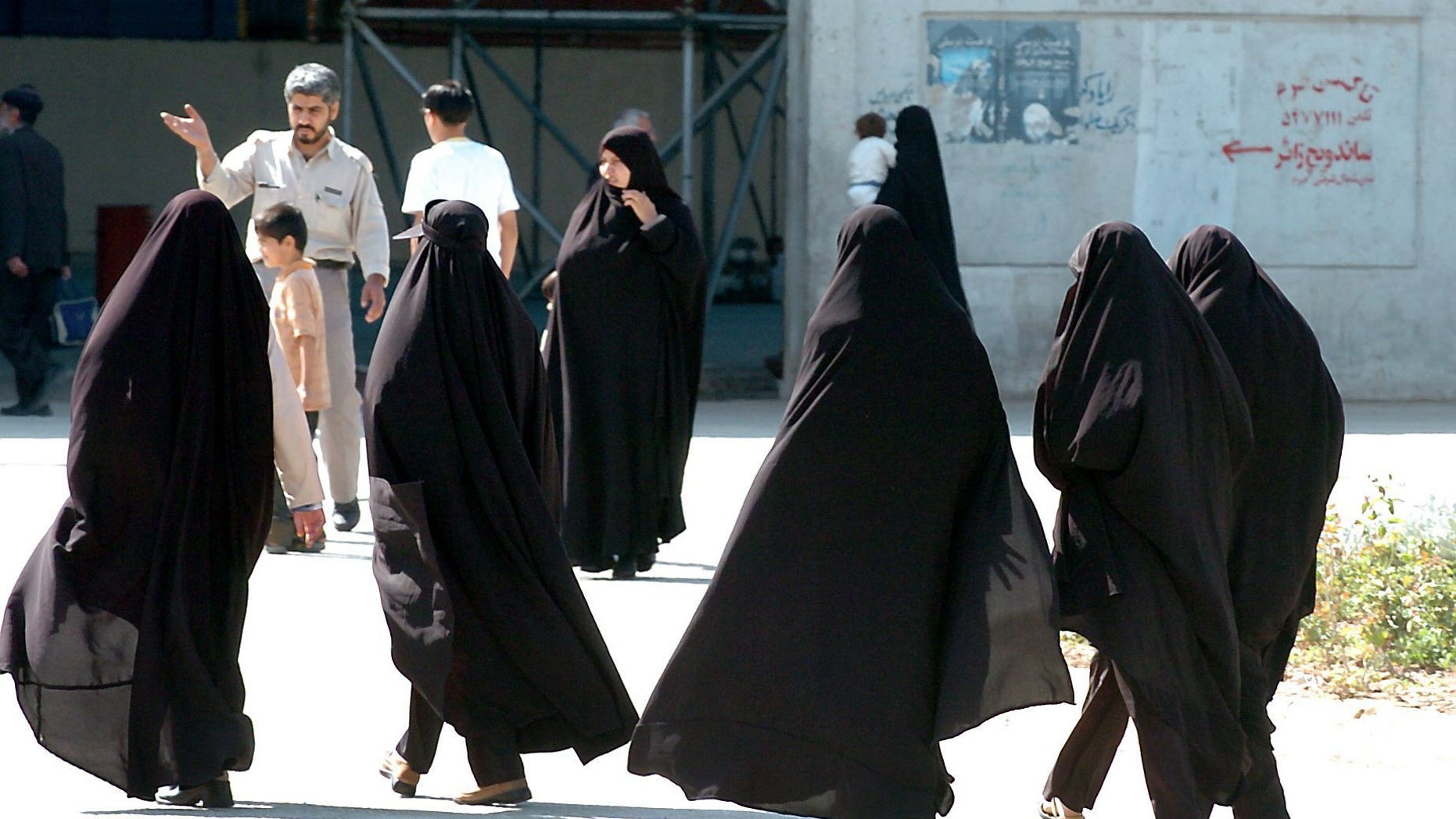 (dpa) - Irani women with headscarfs walk down a street in Tehran, the capital of Iran, 8 October 2004. Photo by: Bernd Weissbrod/picture-alliance/dpa/AP Images