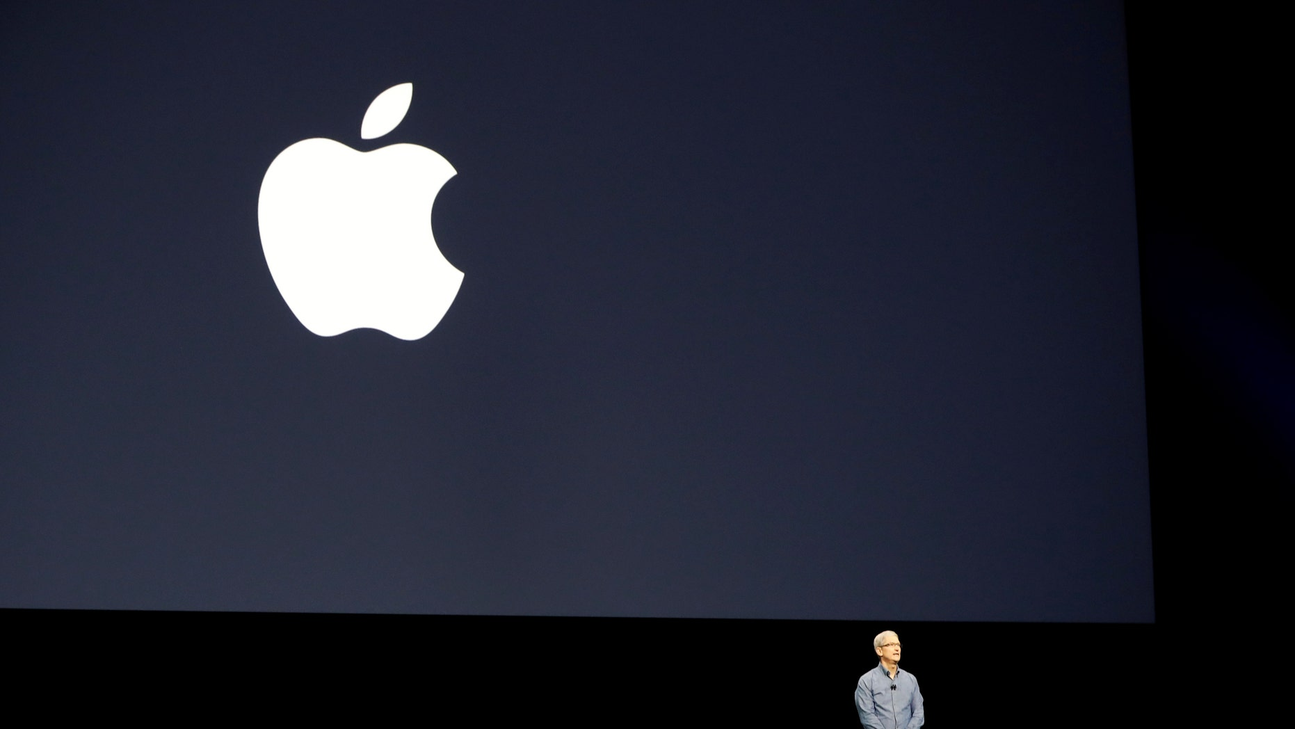 Apple Inc. CEO Tim Cook leads a moment of silence for the victims of the attack in Orlando as he opens the company's World Wide Developers Conference in San Francisco, California June 13, 2016. (REUTERS/Stephen Lam)