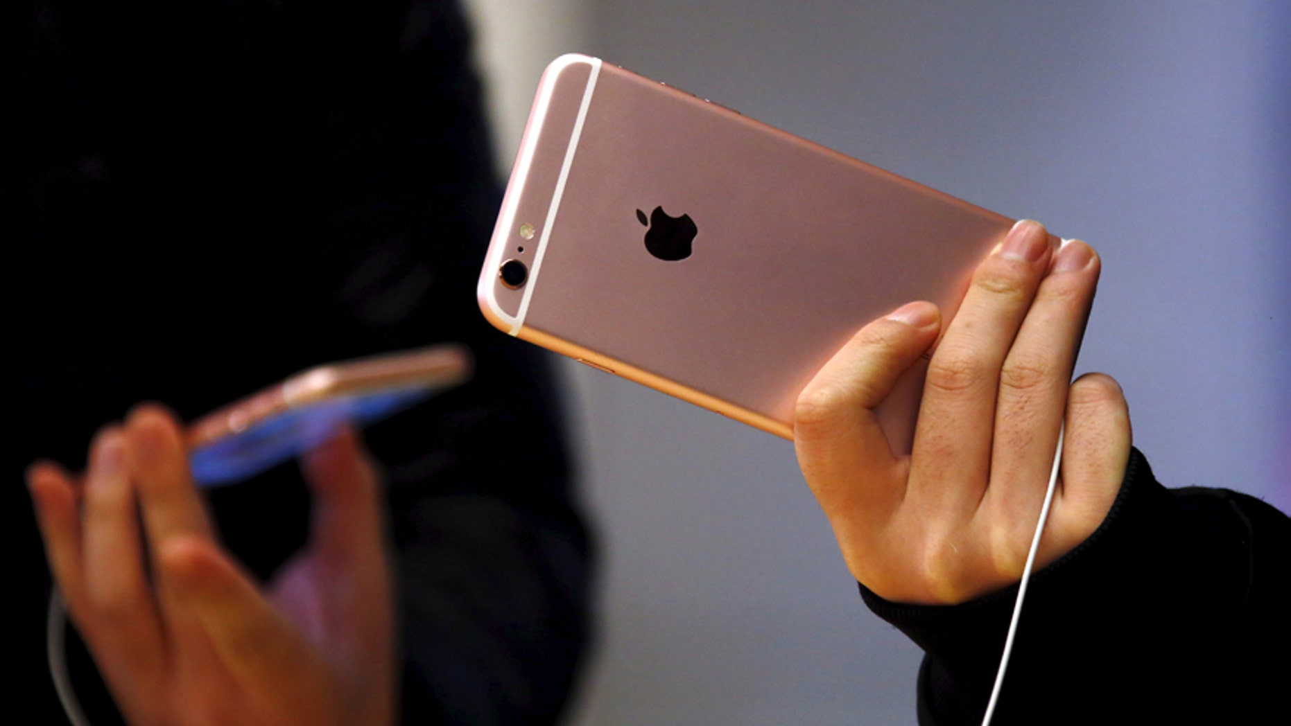 File photo - Customers hold the iPhone 6s during the official launch at the Apple store in central Sydney, Australia, September 25, 2015. (REUTERS/David Gray)