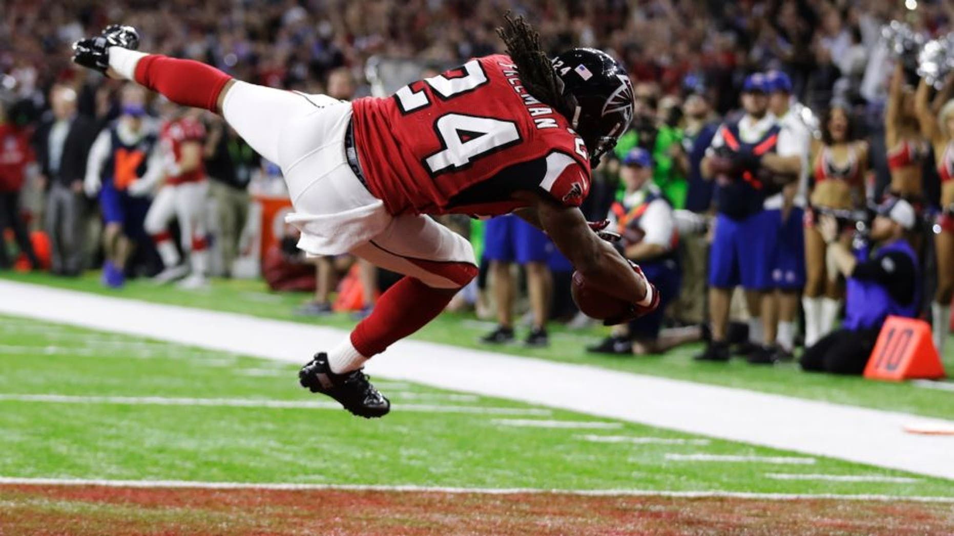 Atlanta Falcons' Devonta Freeman scores a touchdown against the New England Patriots during the first half of the NFL Super Bowl 51 football game Sunday, Feb. 5, 2017, in Houston. (AP Photo/Tony Gutierrez)